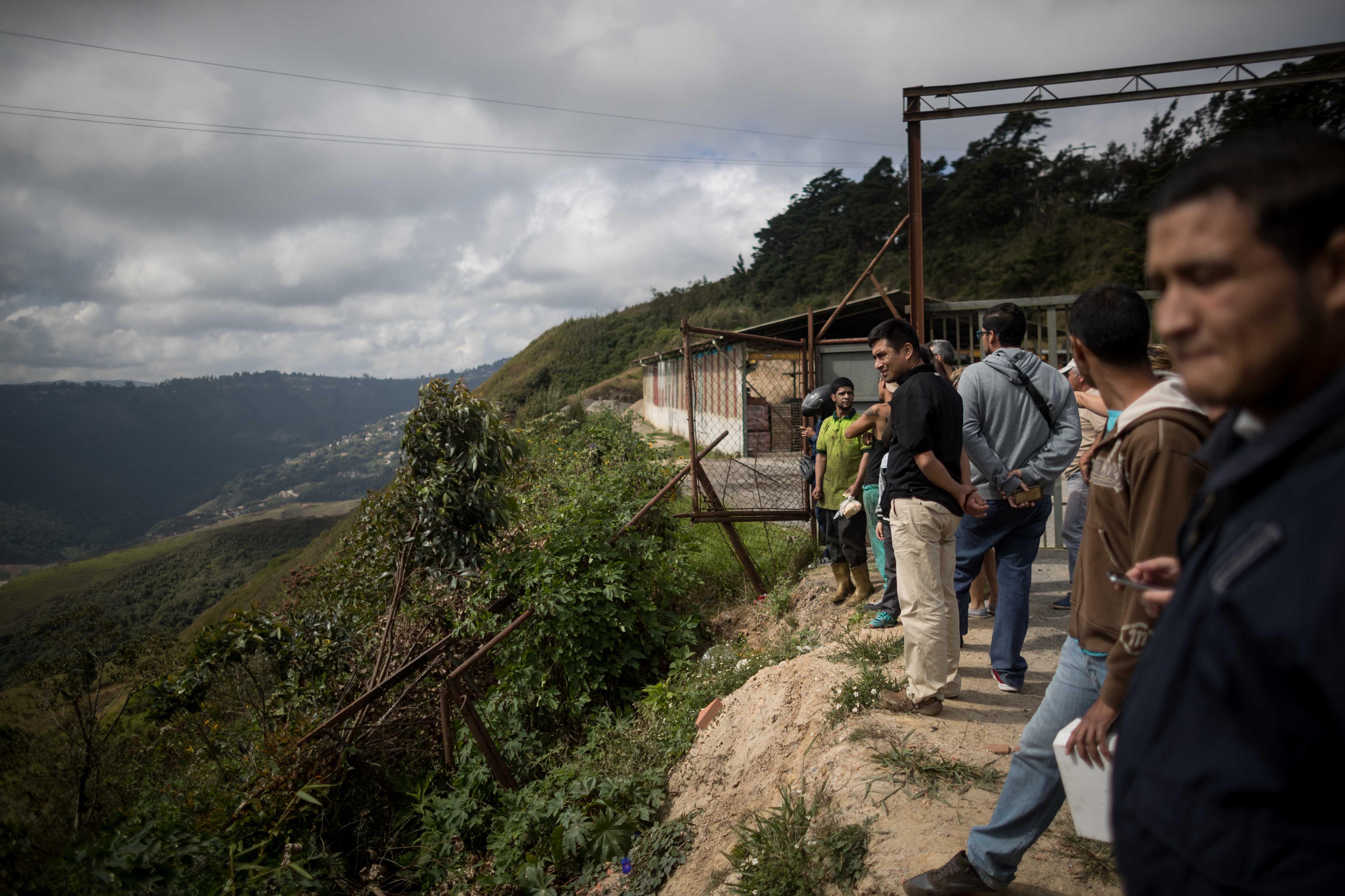 Vecinos observan la operación contra el grupo liderado por el policía Óscar Pérez hoy, lunes 15 de enero de 2018, en el barrio El Junquito, en Caracas