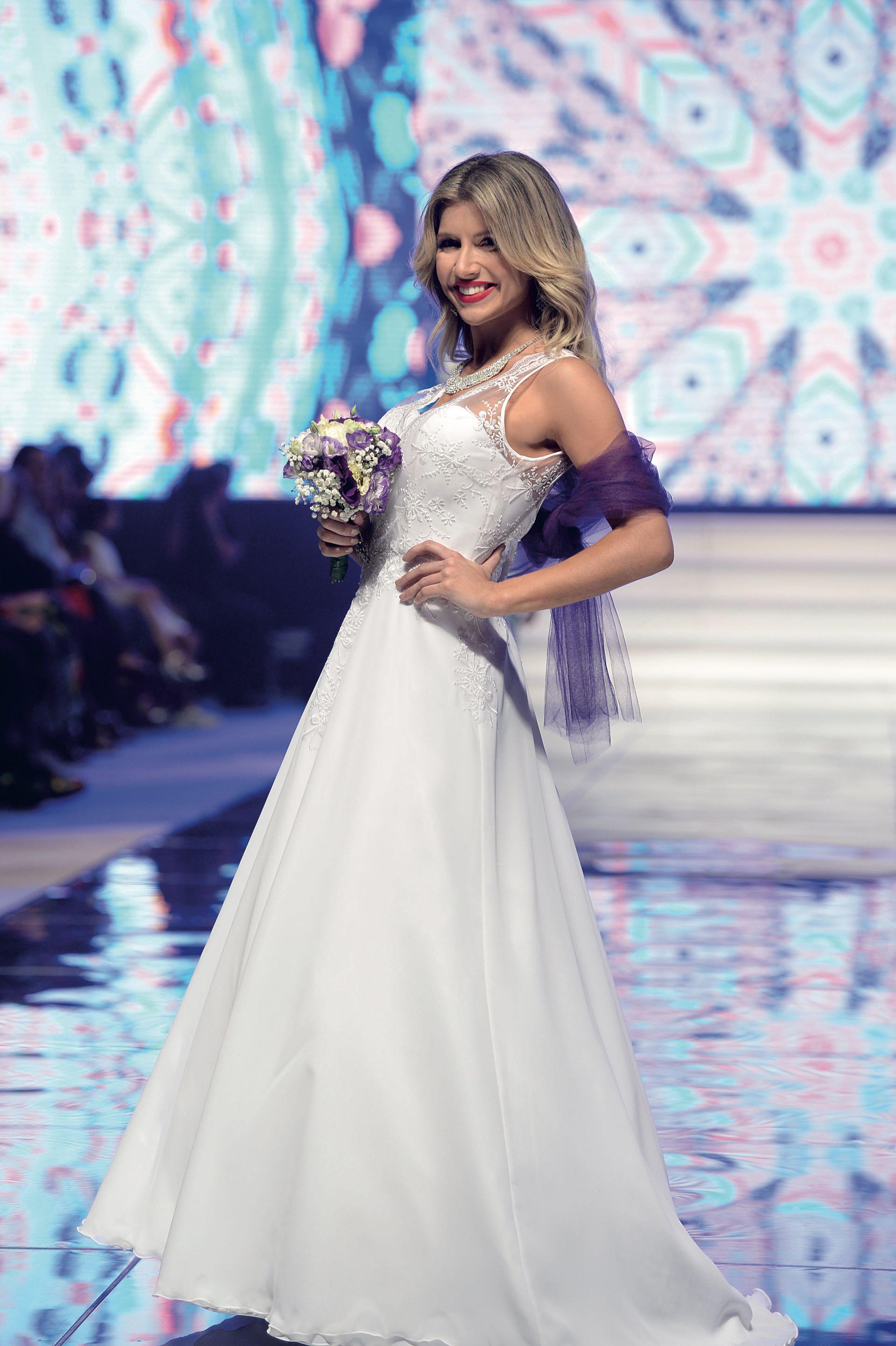 Laurita Fernández debutó vestida de novia por Gerónimo de la Iglesia.