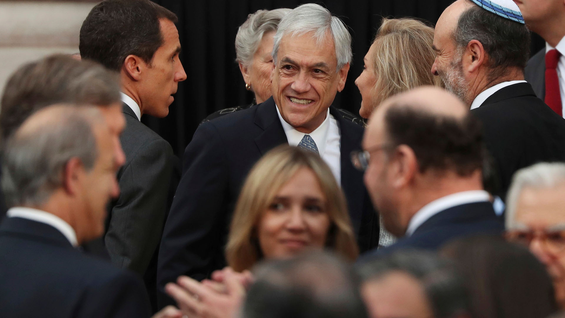 El presidente electo Sebastián Piñera estuvo presente en el discurso y recibió un regalo por parte de Francisco