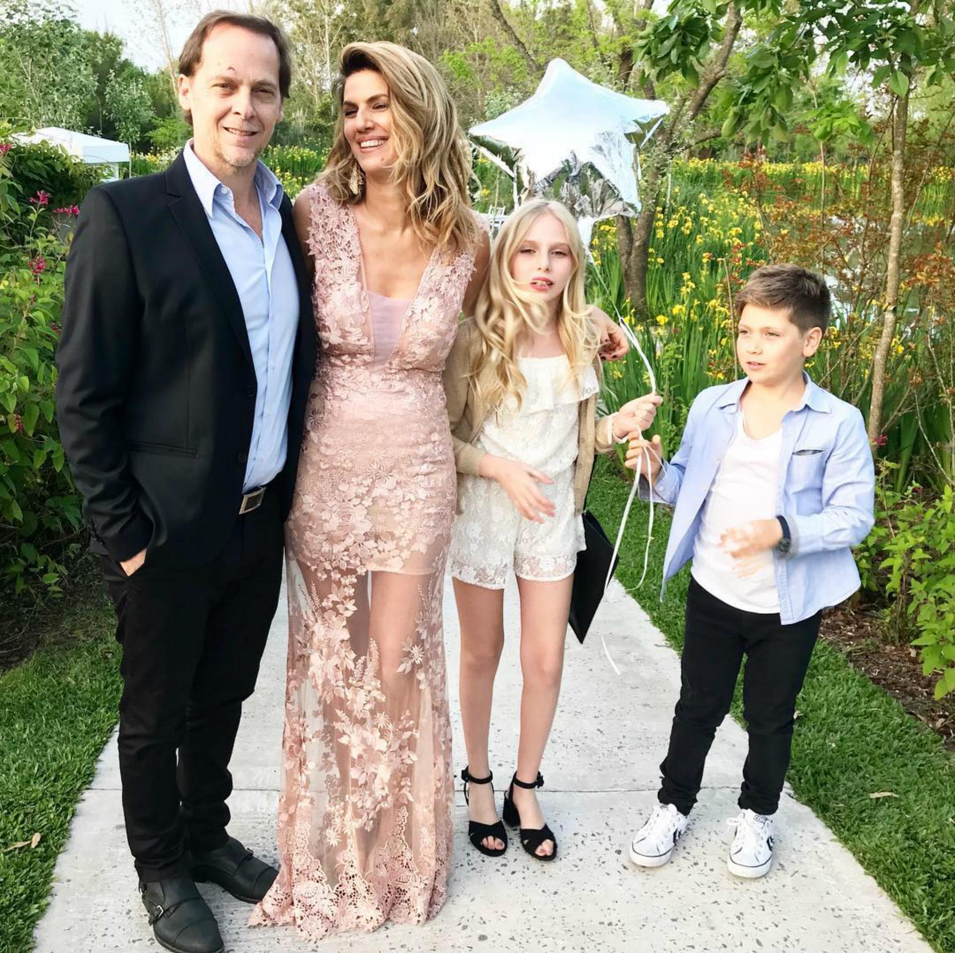 Su gran presentación fue hace unos meses en la boda de Juan Pablo Varsky, amigo de su papá. En la foto aparece además junto a Natalia Graciano, su mamá, y Alejo (9), su hermano menor. (Foto: Instagram)