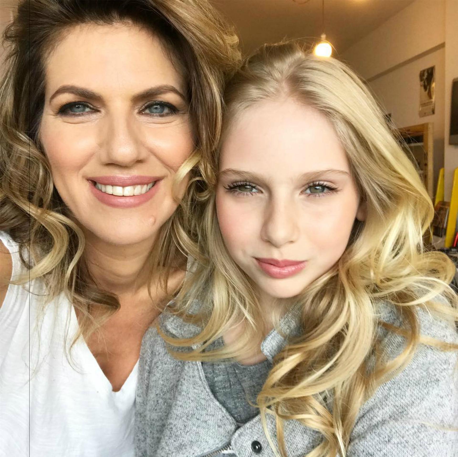 Natalia y Mía después de una sesión de maquillaje antes de la boda de Varsky. (Foto: Instagram)