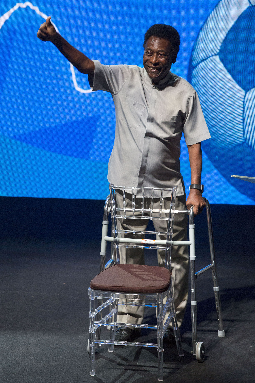 Pelé usa un andador y también se lo ha visto en silla de ruedas (AFP)