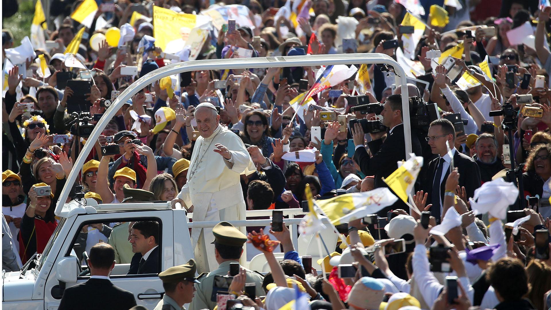 Miles de banderas del Vaticano ondeaban a su llegada