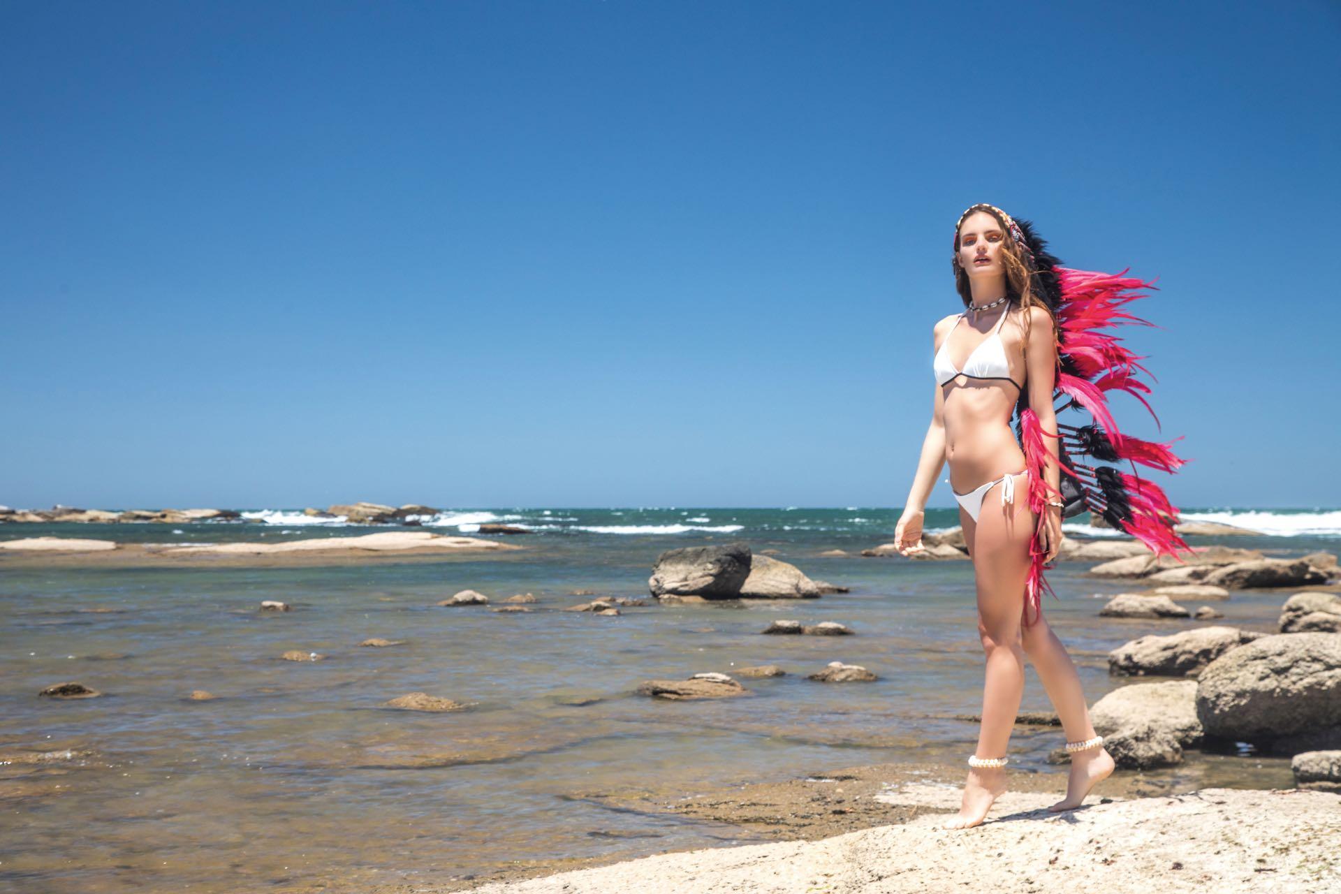 Bikini con ribetes ($ 1.600, Kosiuko) y collar ($ 480, India Style). Foto Fernando Venegas/ Para Ti
