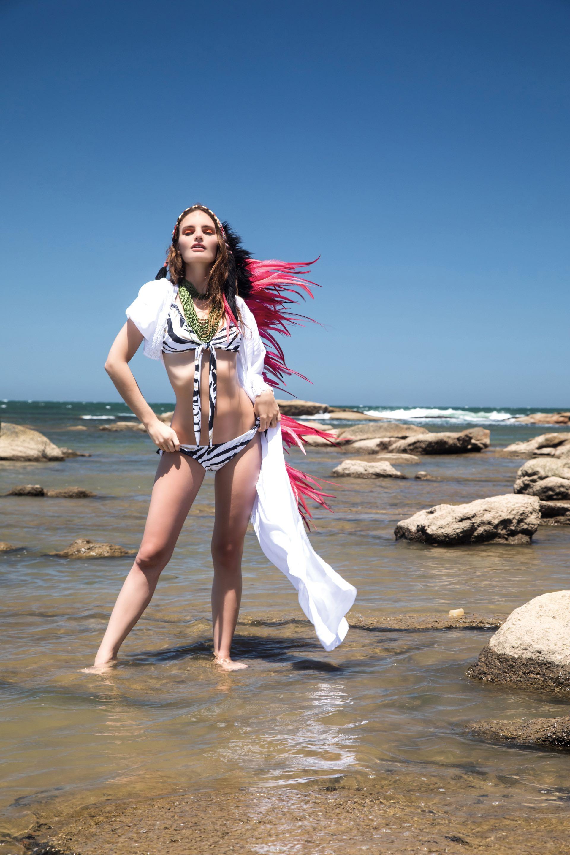 Kimono blanco con encaje ($ 1.490, Koxis), bikini con estampa de cebra ($ 1.267, Uma) y collar de canutillos ($ 420, India Style).Foto Fernando Venegas/ Para Ti