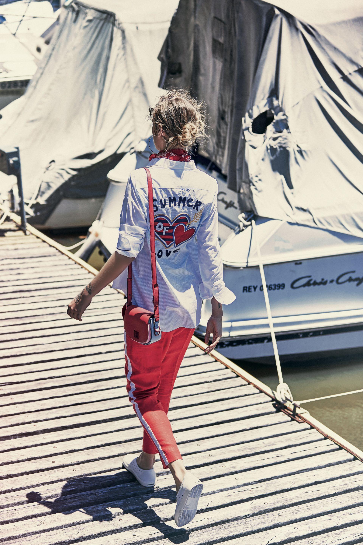 Camisa con apliques en la espalda ($ 2.400, Tommy Hilfiger), pantalón con raya y lateral (Carmela Achaval) y tote bag ($ 5.188, Tommy Hilfiger).( Foto: Chino Toccalino/ Para Ti)