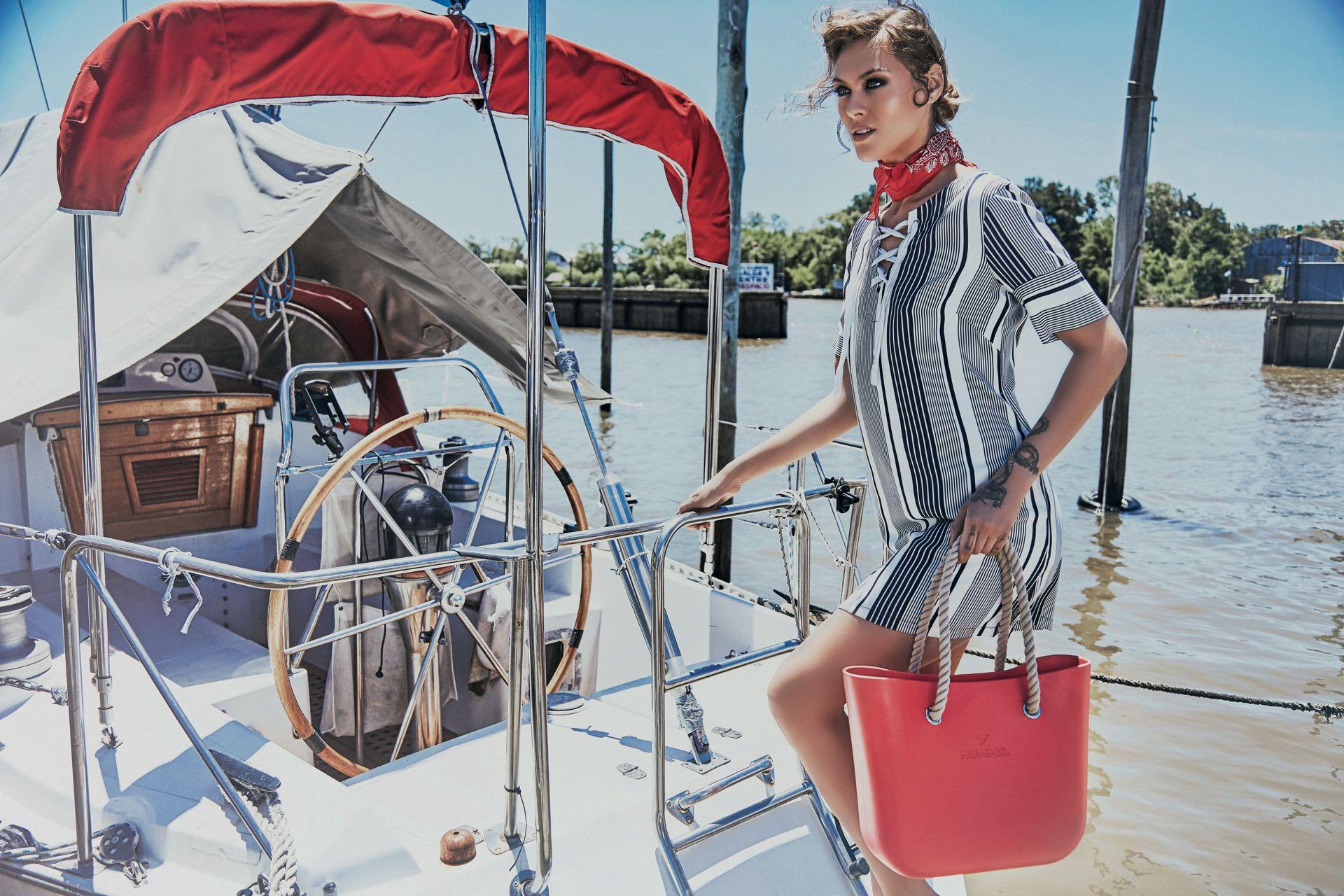 Vestido ($ 2.300, Clara Ibarguren), pañuelo ($ 999, Wanama) y bolso de goma($ 2.105, Humms). (Foto: Chino Toccalino/ Para Ti)