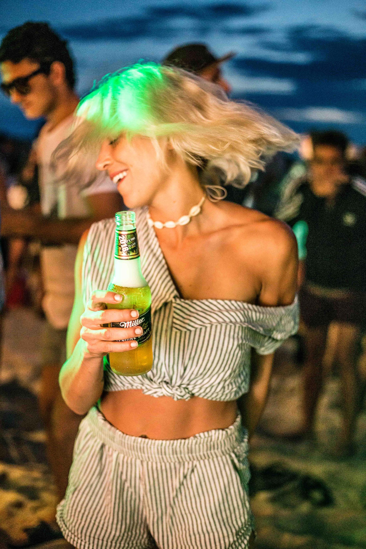 Miller tambien organizó diferentes Sunnysets en el hot spot de José Ignacio, con música en vivo, cervezas y amigos con ganas de divertirse. En la foto, la modelo Nina Who