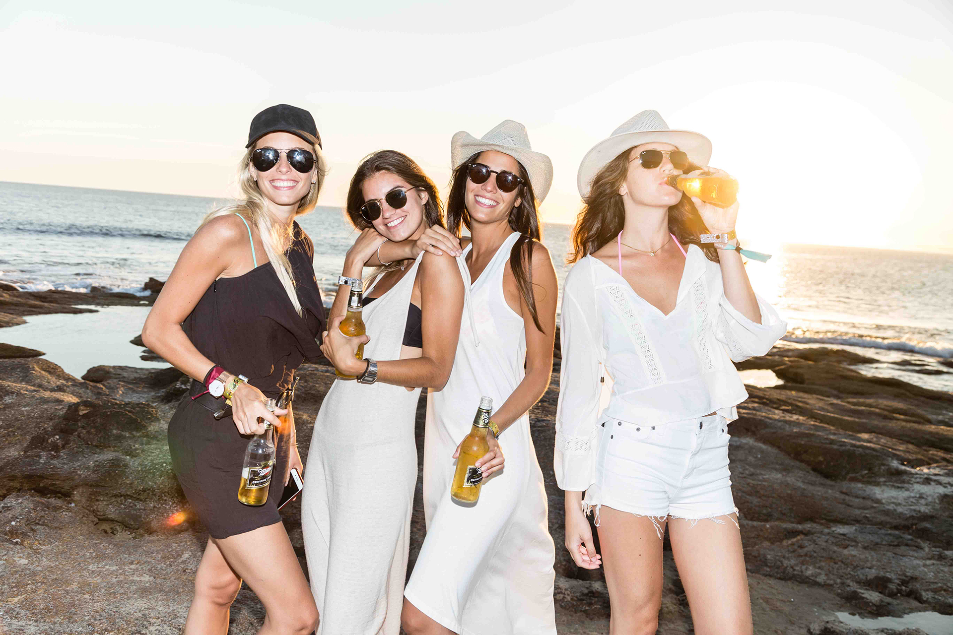 Lucía Medina, Pilar Moya, Rocío Rondina y Candela Cifre en el Sunset Miller Genuine Draft en La Choza de Mar, en Punta del Este