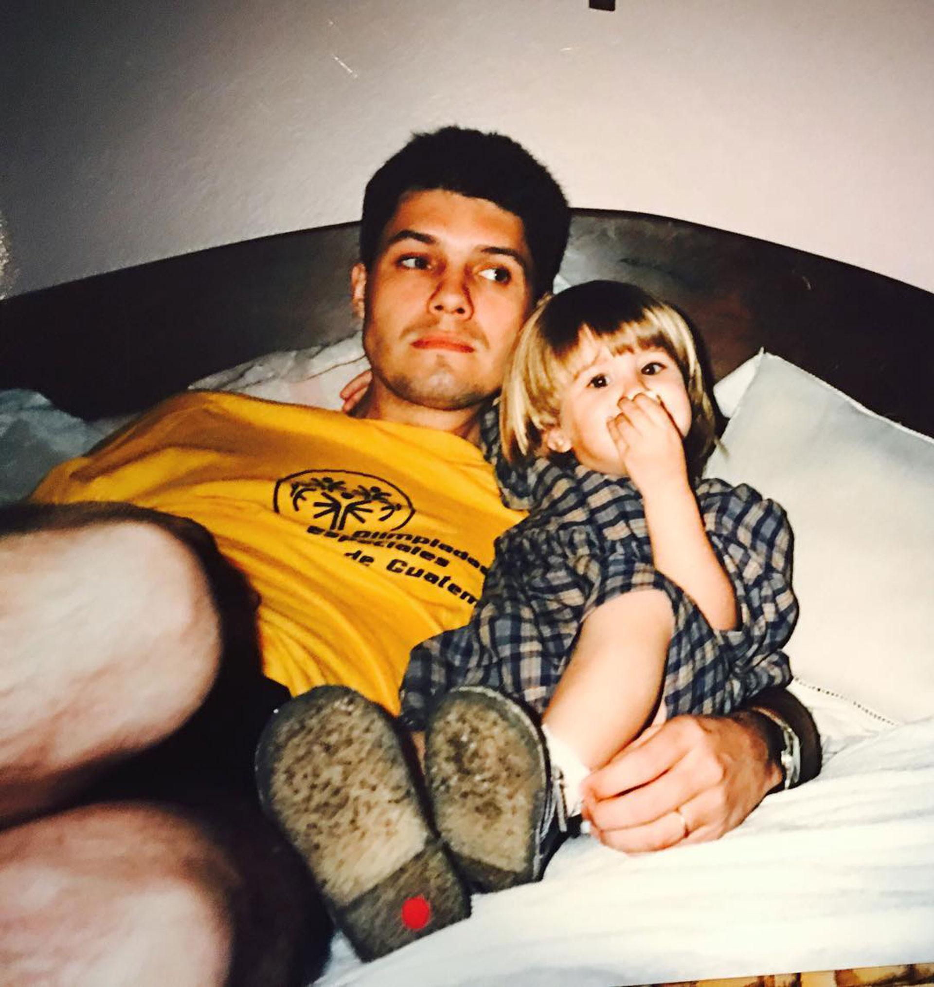 Un joven Tinelli junto a Micaela, su primera hija .
