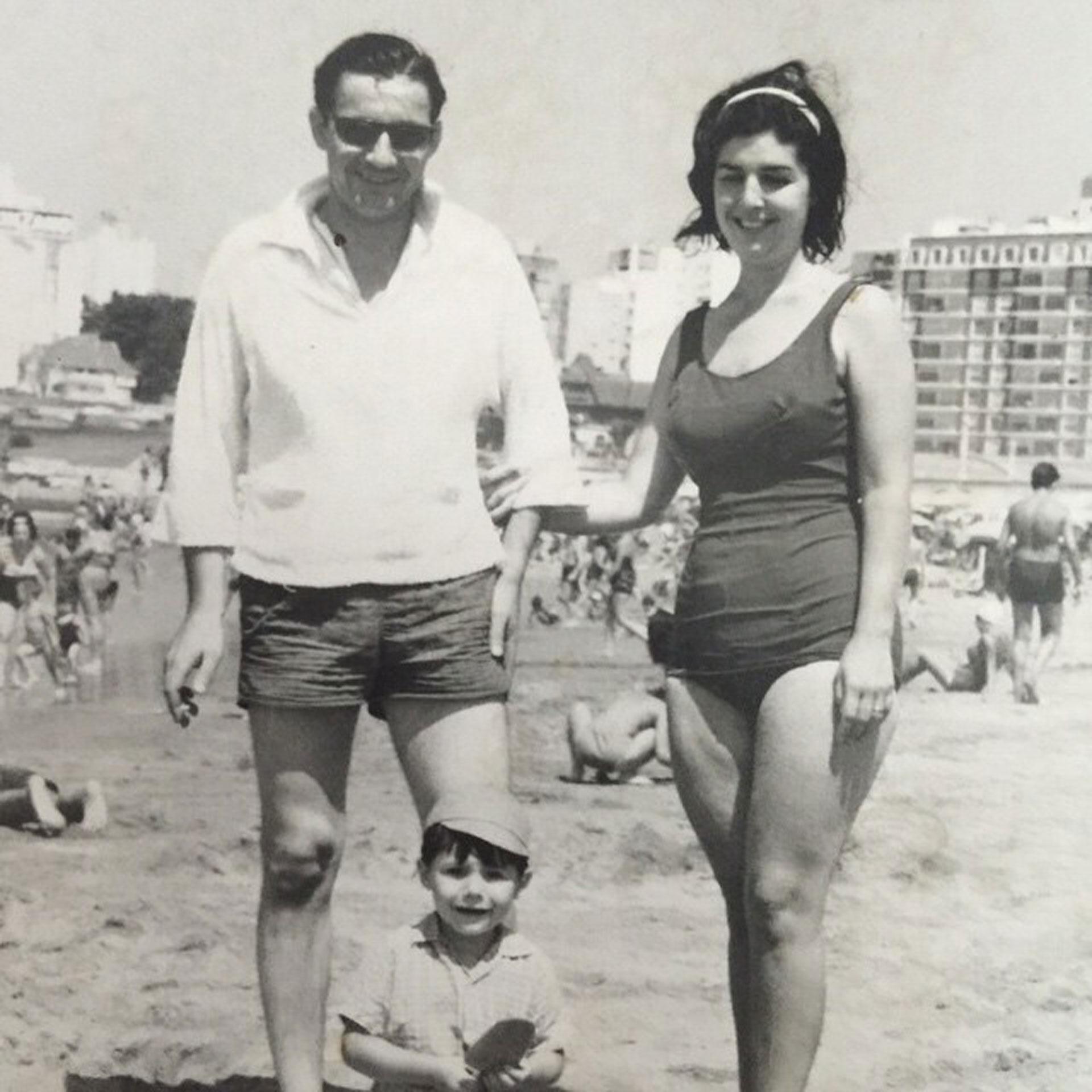 Un pequeño Marcelo Tinelli en la playa junto a Dino Hugo, su padre, y María Esther Domeño, su madre.