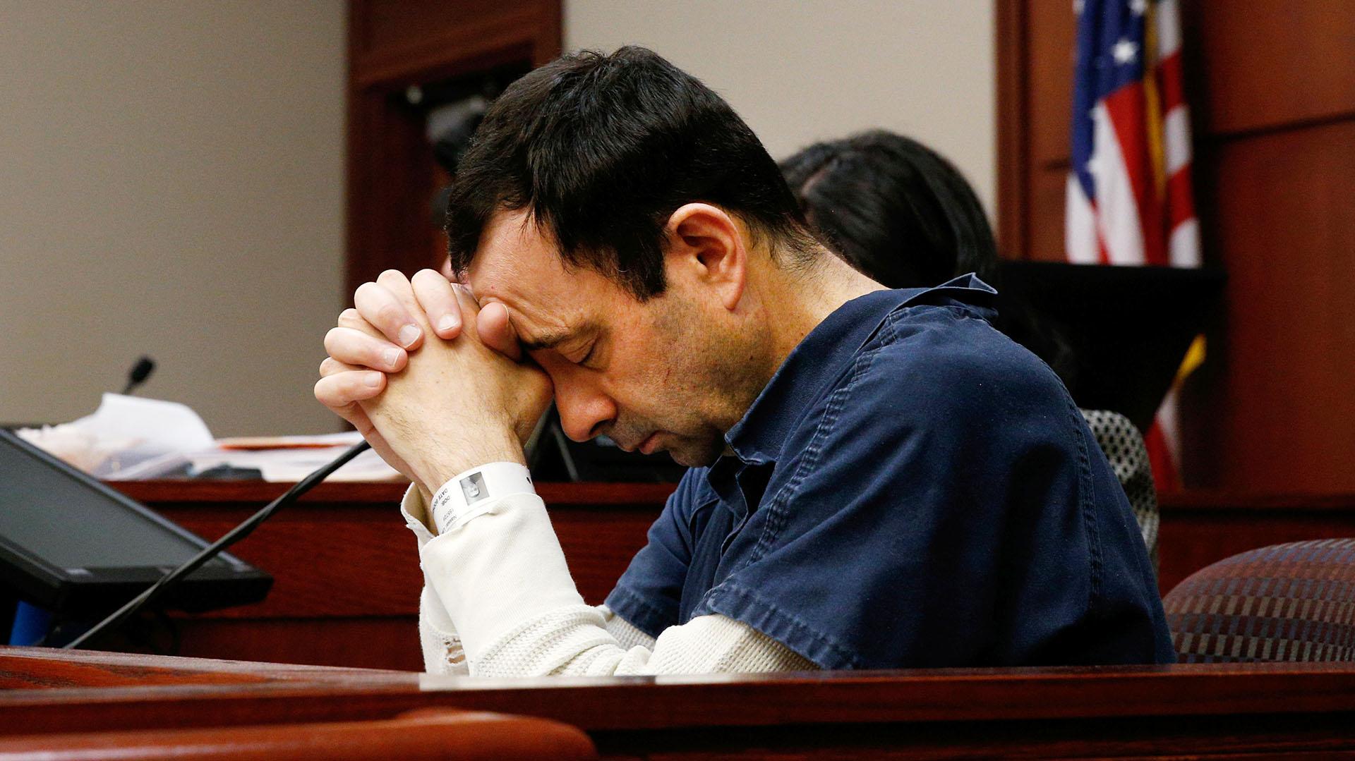 Larry Nassar, el ex médico del equipo de gimnasia olímpico de los Estados Unidos condenado por abuso sexual, escucha el relato de una de sus víctimas durante la audiencia de su sentencia en Lansing, Michigan, el 17 de enero
