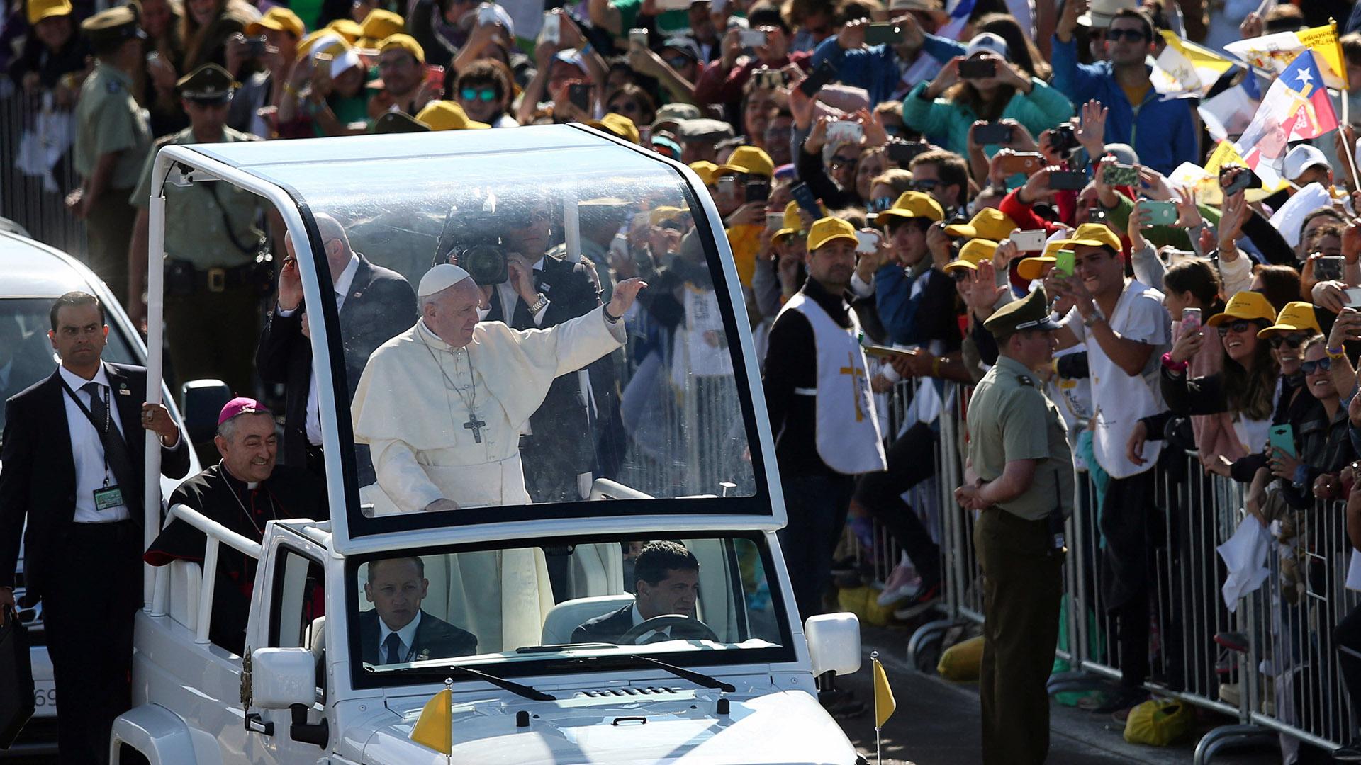 """El Sumo Pontífice comenzó su homilía diciendo """"Mari Mari"""" (buenos días), en mapundungun, la lengua de los mapuches. Y completó: """"Küme tünngün ta niemün"""" (""""la paz esté con ustedes"""")"""