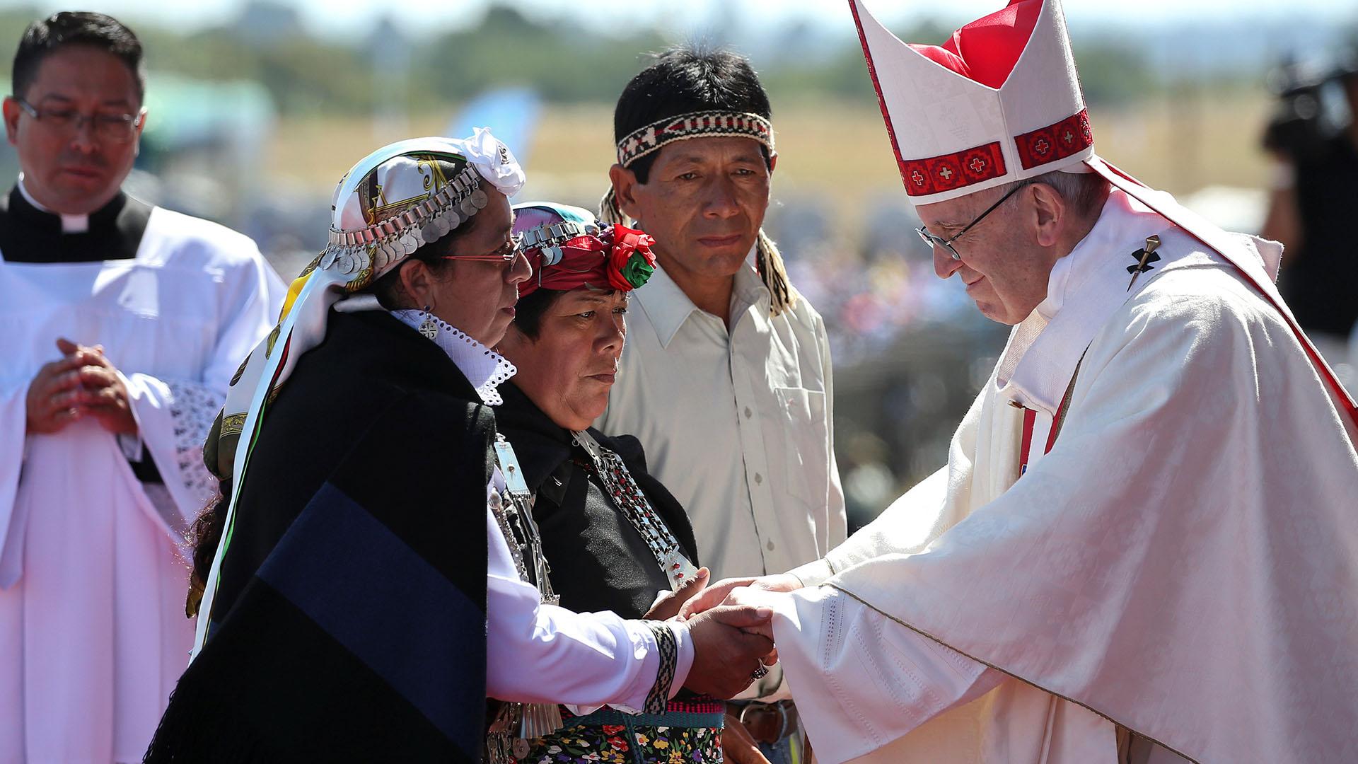 El papa Francisco saluda a representantes de la comunidad mapuche (Reuters)