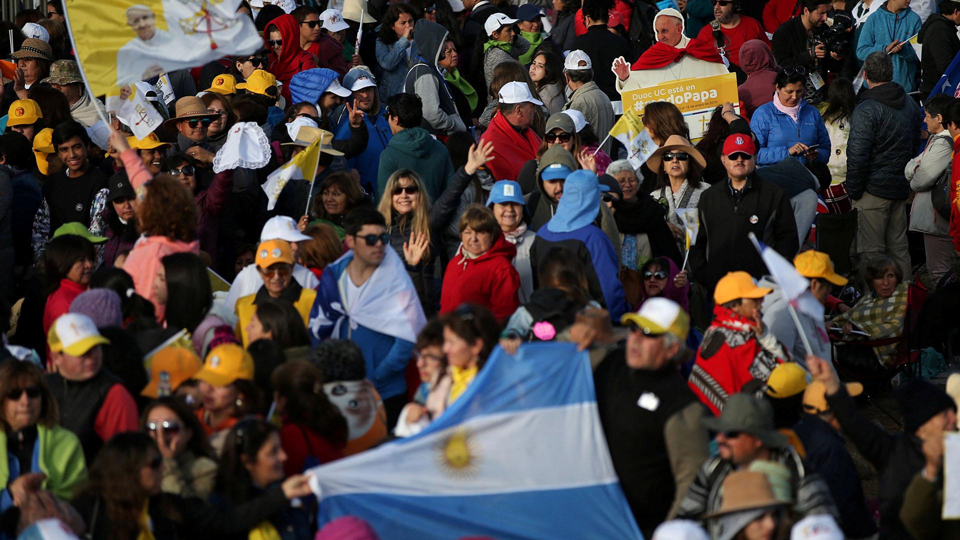 Una bandera argentina entre los miles de chilenos que asistieron a la ceremonia (Reuters)