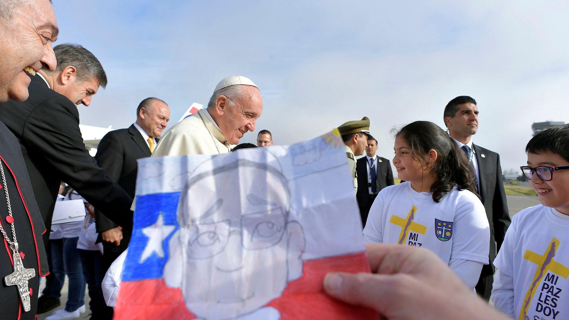 El papa Francisco recibiendo el cariño de los niños (Reuters)