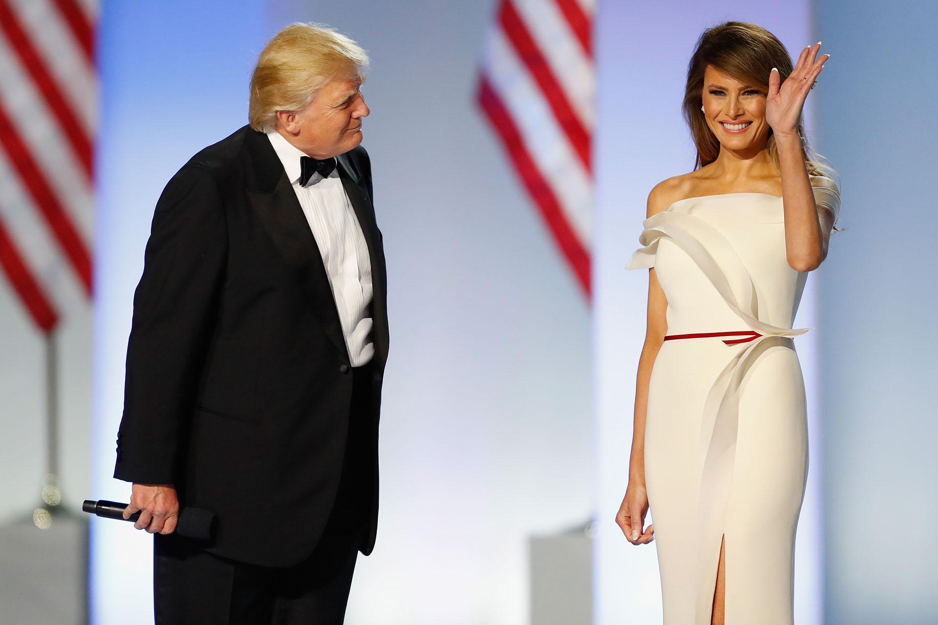 Para el baile presidencial, parte de la ceremonia de investidura, impactó con un vestido de escote off shoulders en tono off white de la firmaHervé Pierre. Llevó el cabello suelto hacia el costado y un maquillaje de sombras oscuras con labios nude