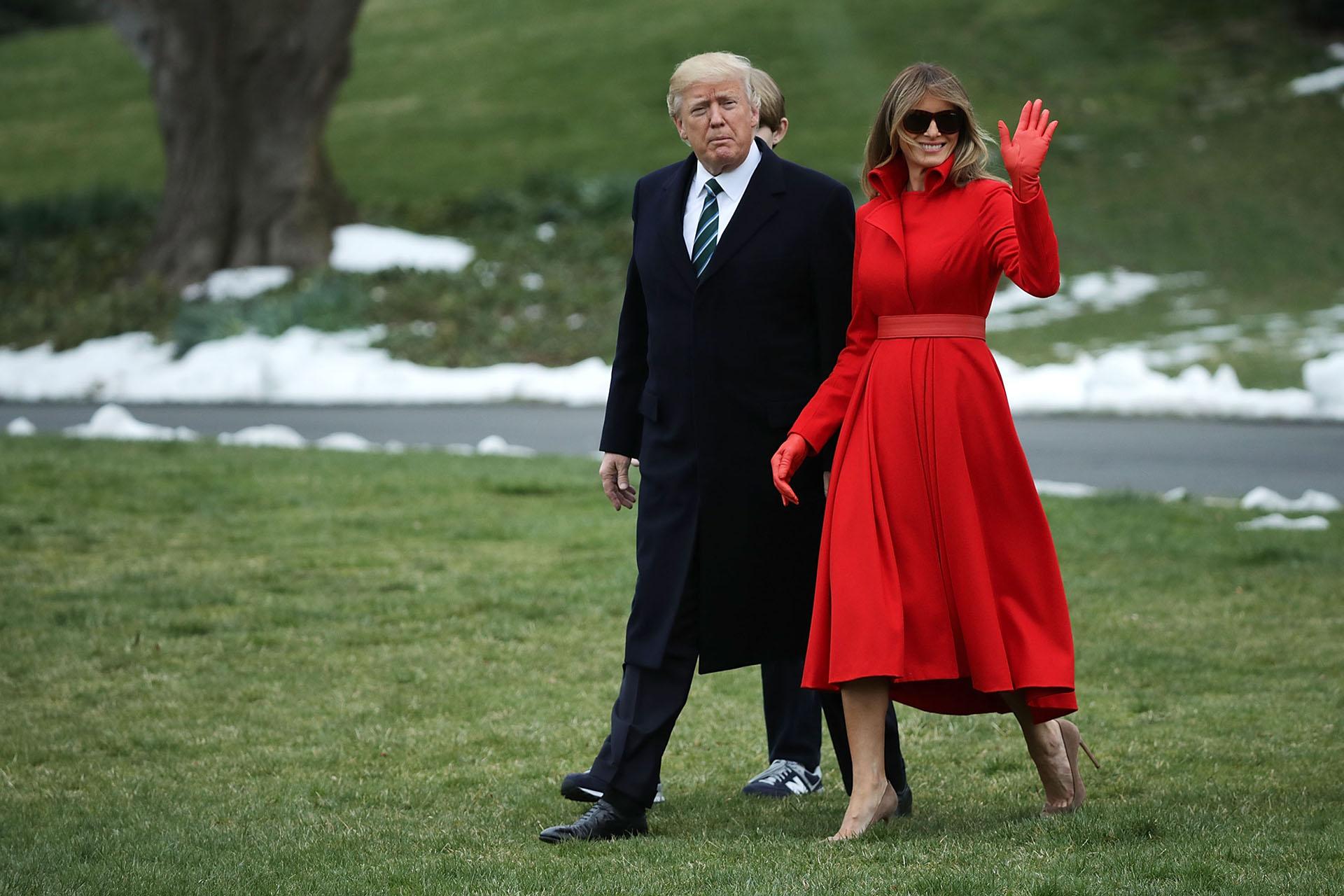 Un espectacular total look rojo -uno de sus colores fetiches- que acentúan su figura con un cinturón a tono de la firma Alice Roi. Por las bajas temperaturas, guantes de cuero