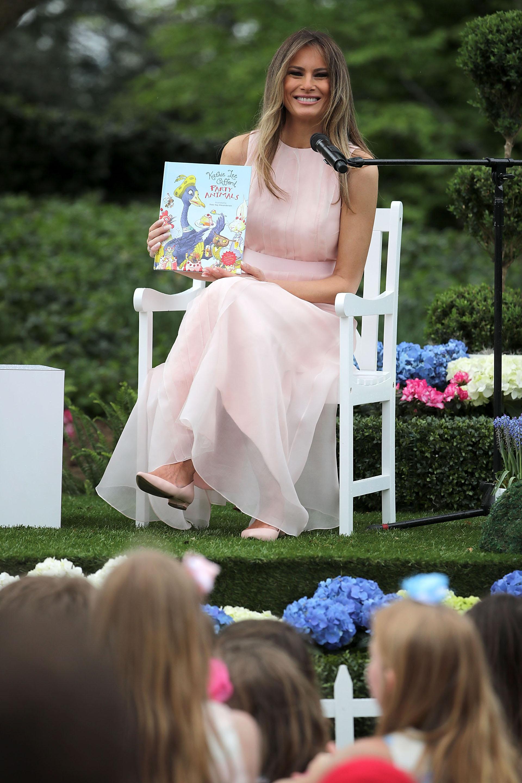 Femenina y delicada, con un maxi vestido en tono rosa millennial acompañado de ballerinas. Maquillaje suave y cabello al natural