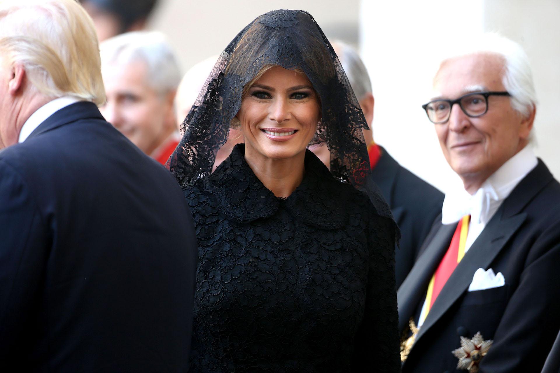 De negro -como indica el protocolo – y velo de encaje, para saludar al Papa