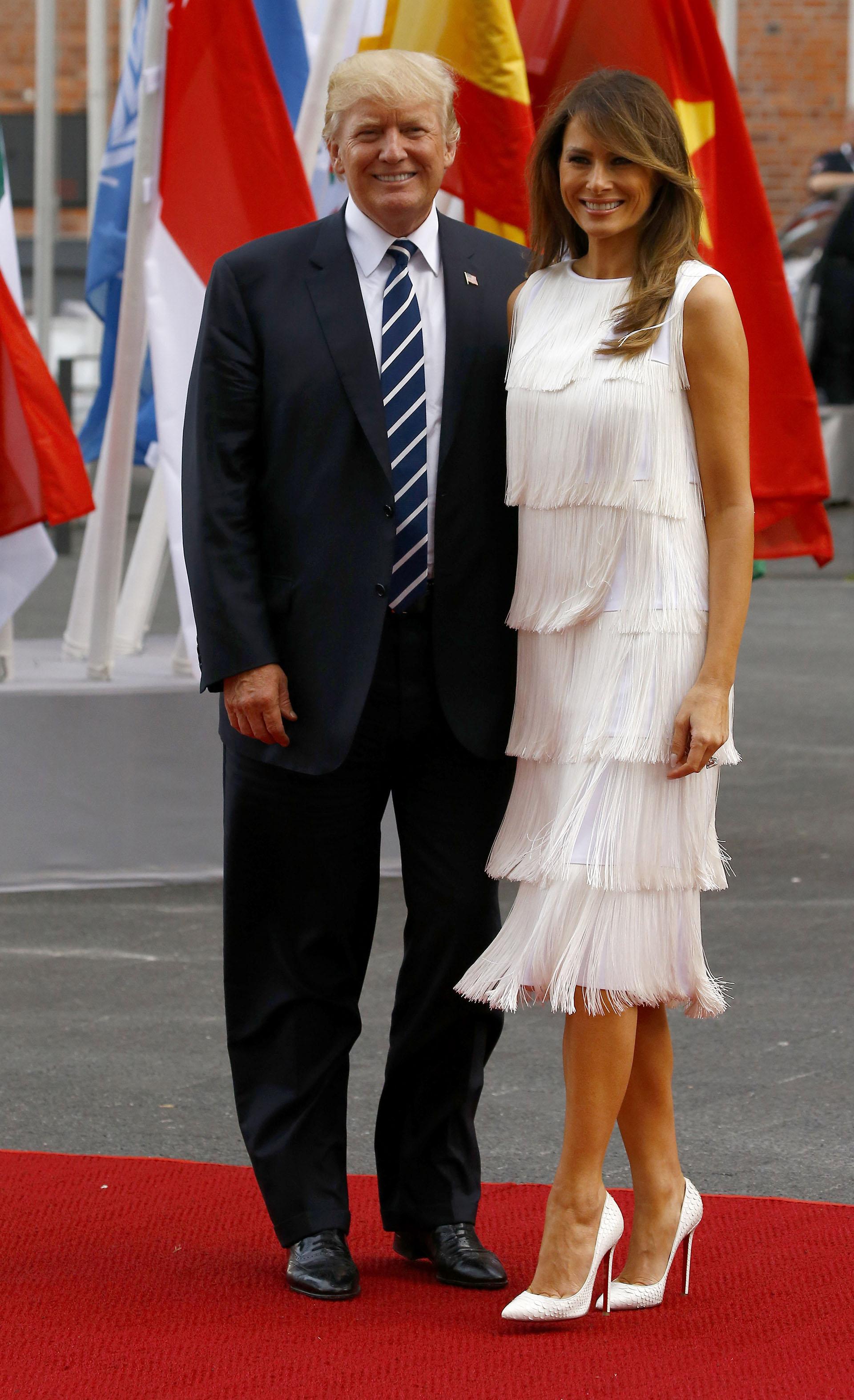 Con inspiración en los años 20, Melania Trump, impactó con su diseño en total white de flecos de la firma Michael Kors