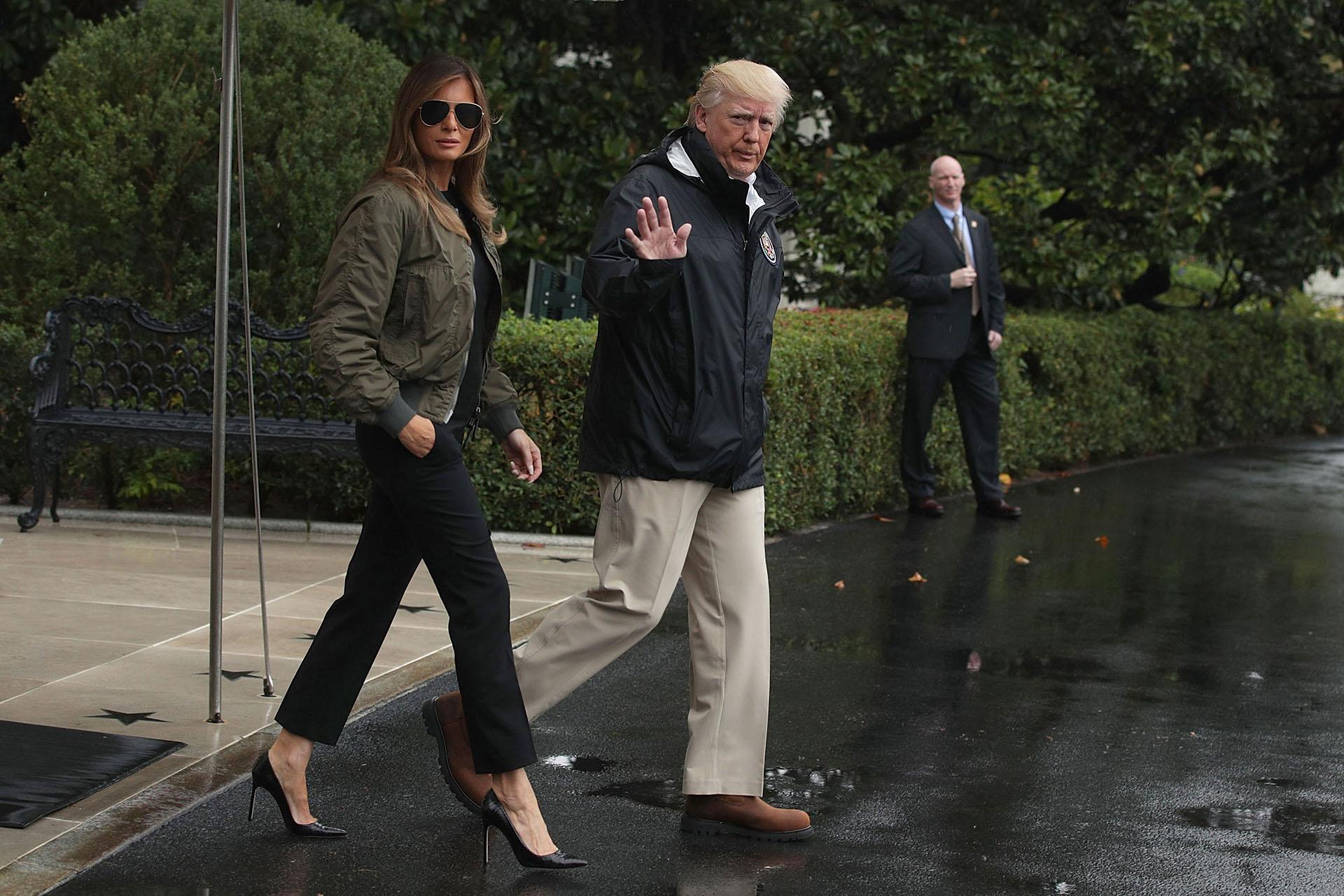 Uno de los looks que despertó la polémica: mono negro acompañado de bomber en verde militar y sus clásicos stylletos, recorriendo Texas luego del paso del huracán Harvey
