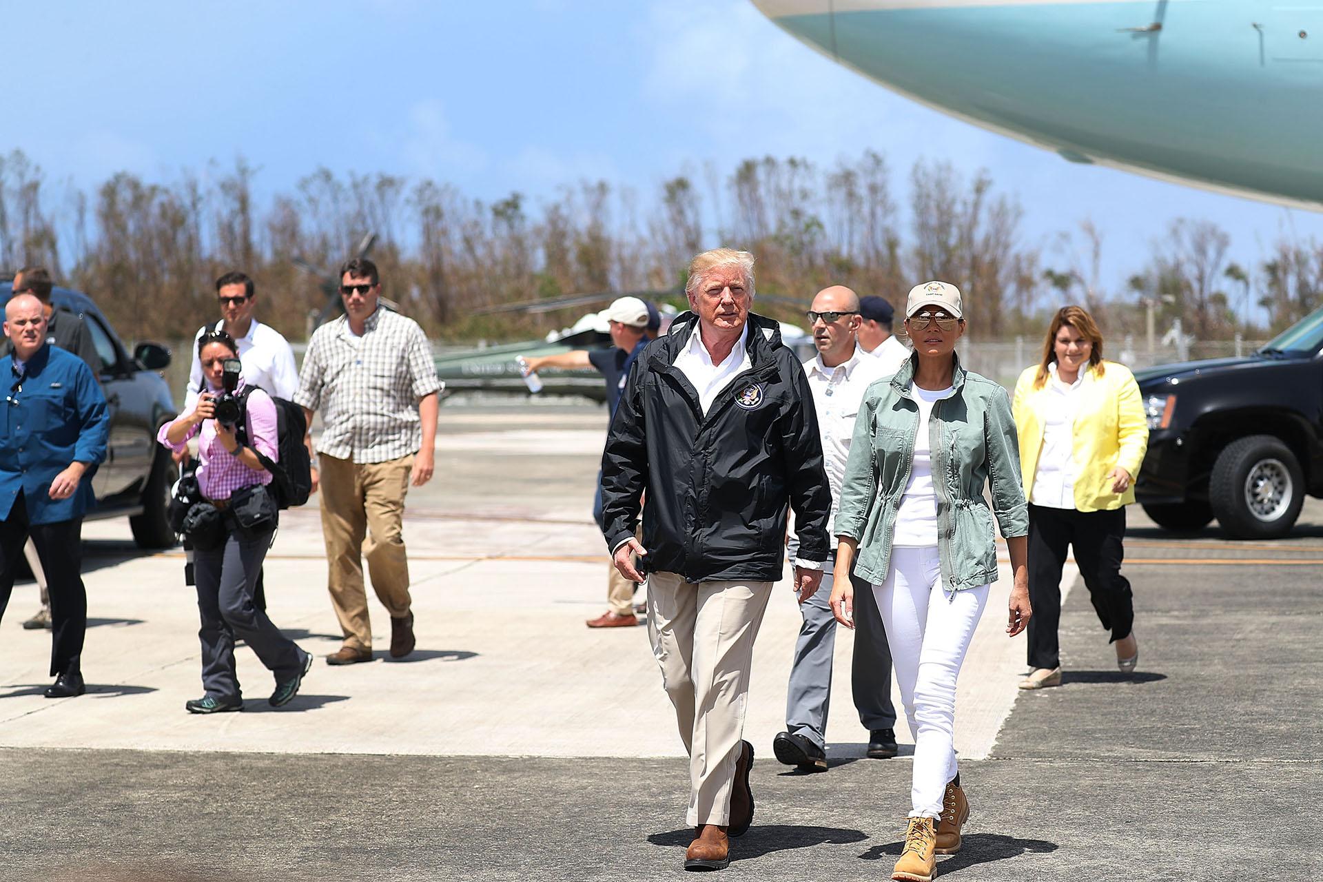 Otro de sus look casuales: en total white, con abrigo de estética militar, borcegos y gorrapara la visita a Puerto Rico luego del paso del huracán María.