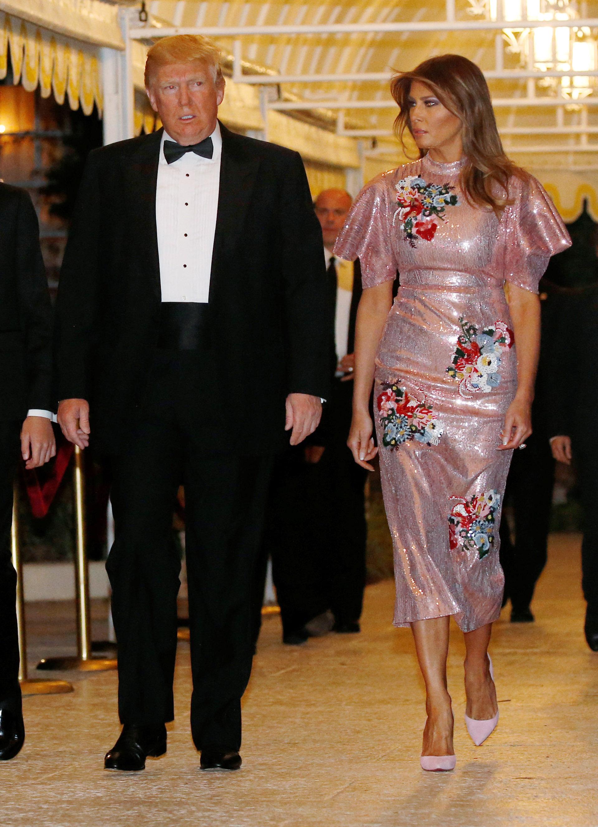 En Palm Beach para Año Nuevo impactó con el brillo: eligió una pieza luminosa con apliques florales de su boutique fetiche, Dolce & Gabbana. Completó el look con un peinado descontracturado y maquillaje a tono de la propuesta