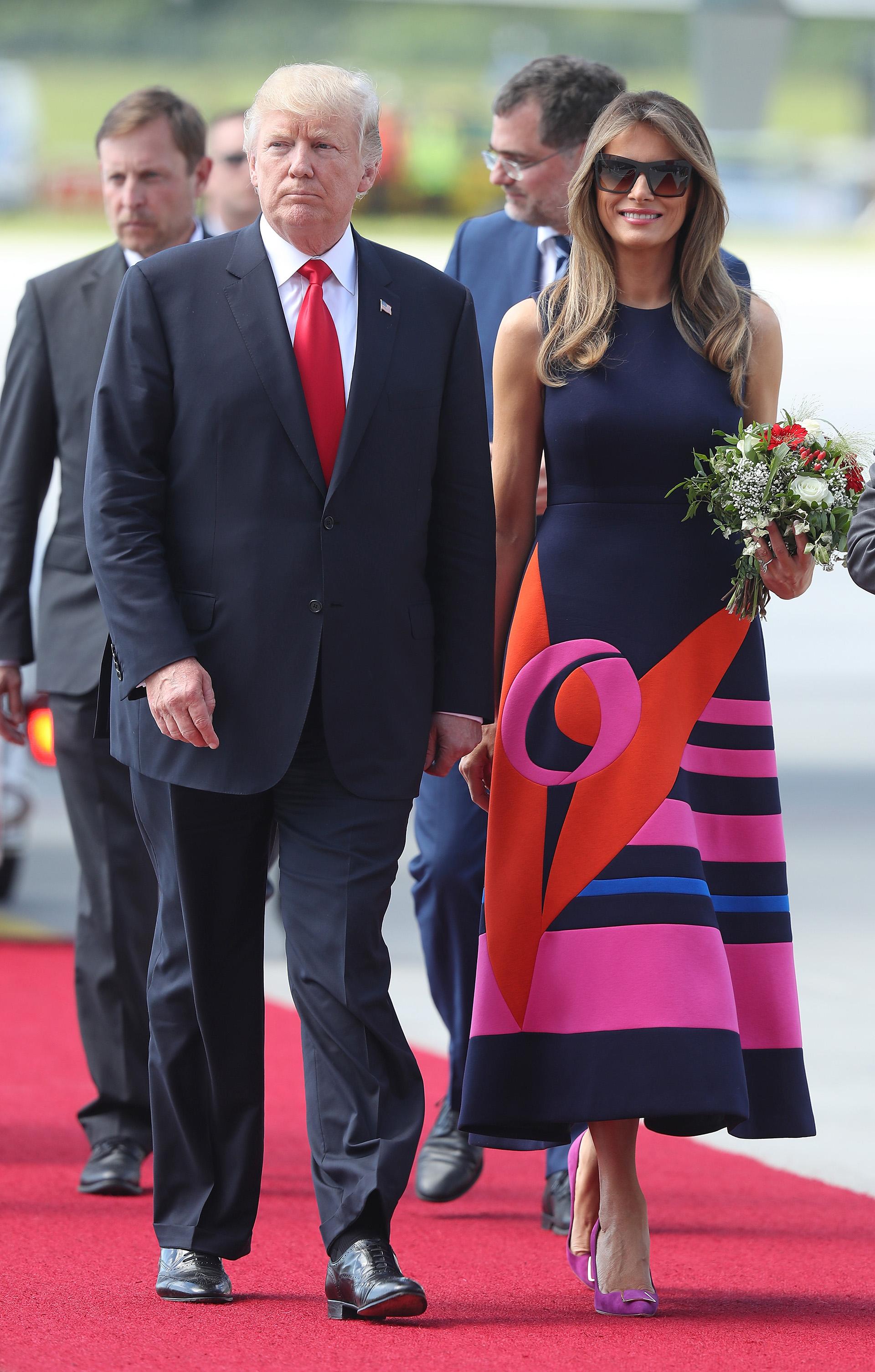 En julio en la gira del G20, una de las más elegantes, con un vestido de corte a la cintura y falda con armada by Del Pozo. Siempre con sus anteojos de sol, en este caso cuadrados