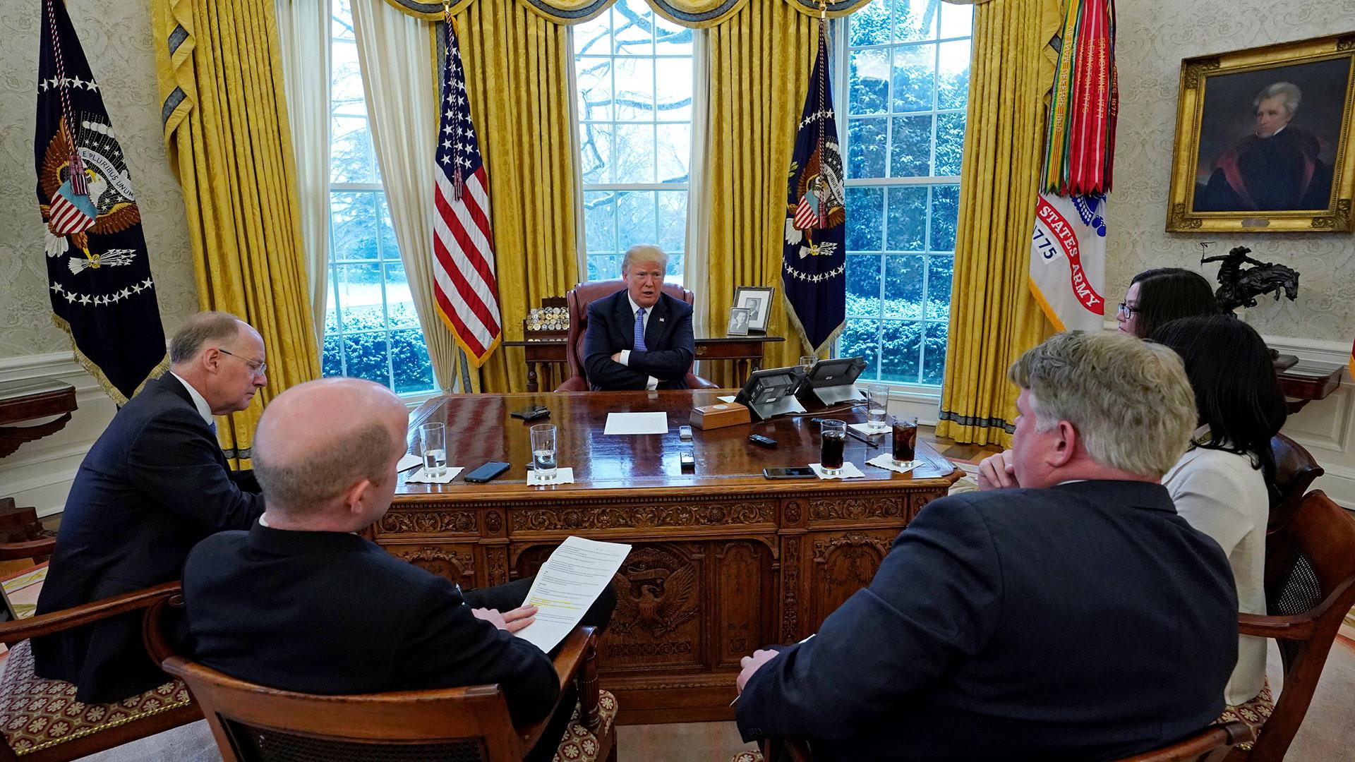 El equipo de Reuters durante la entrevista a Donald Trump