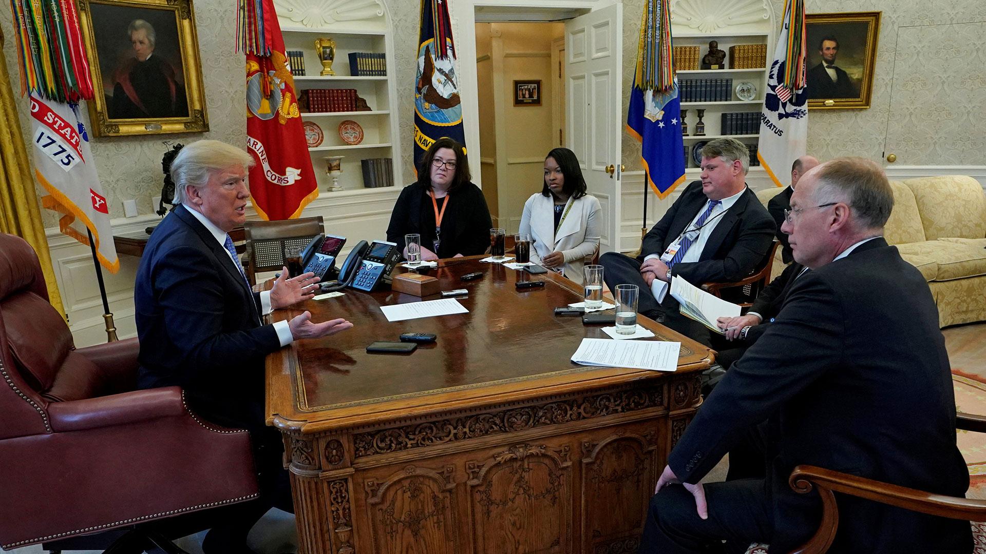 Donald Trump durante la entrevista con Reuters, en el Salón Oval de la Casa Blanca
