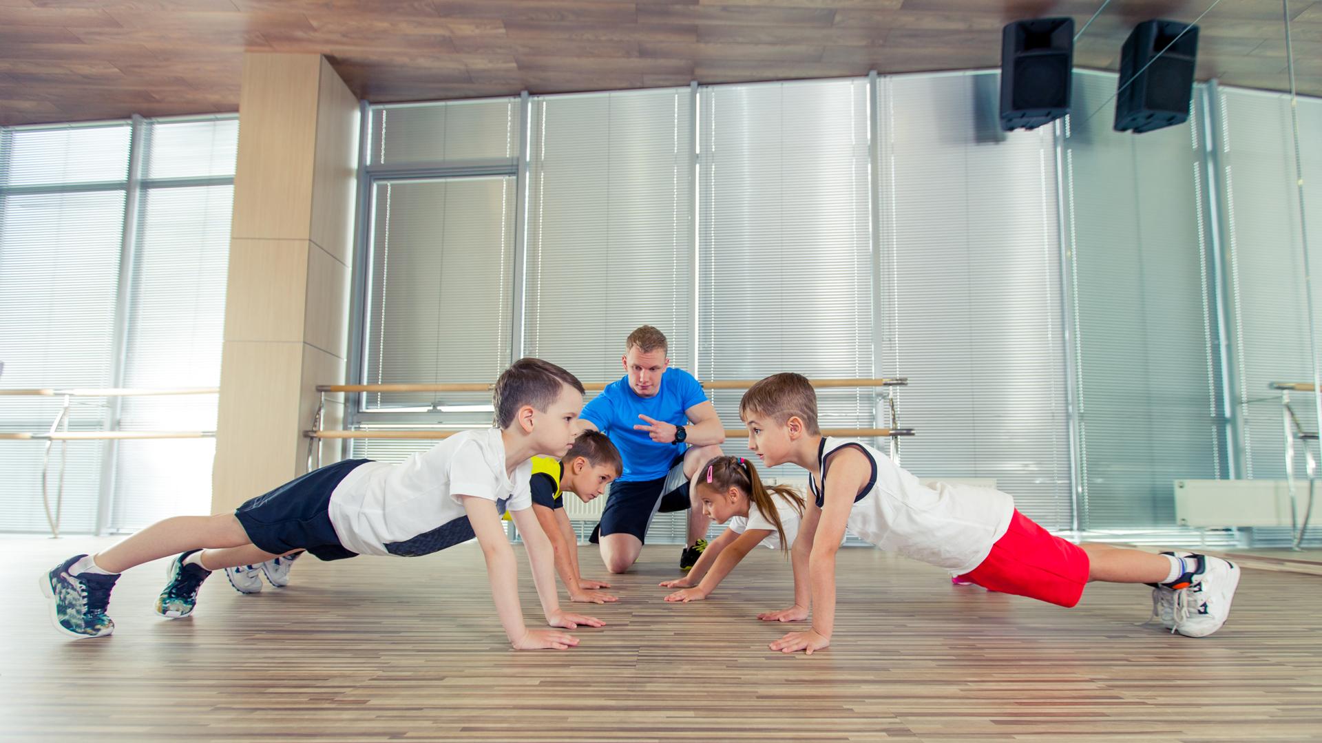 En los gimnasios pueden entrenar siempre bajo supervisión de un profesional y sin agregar peso (Getty)