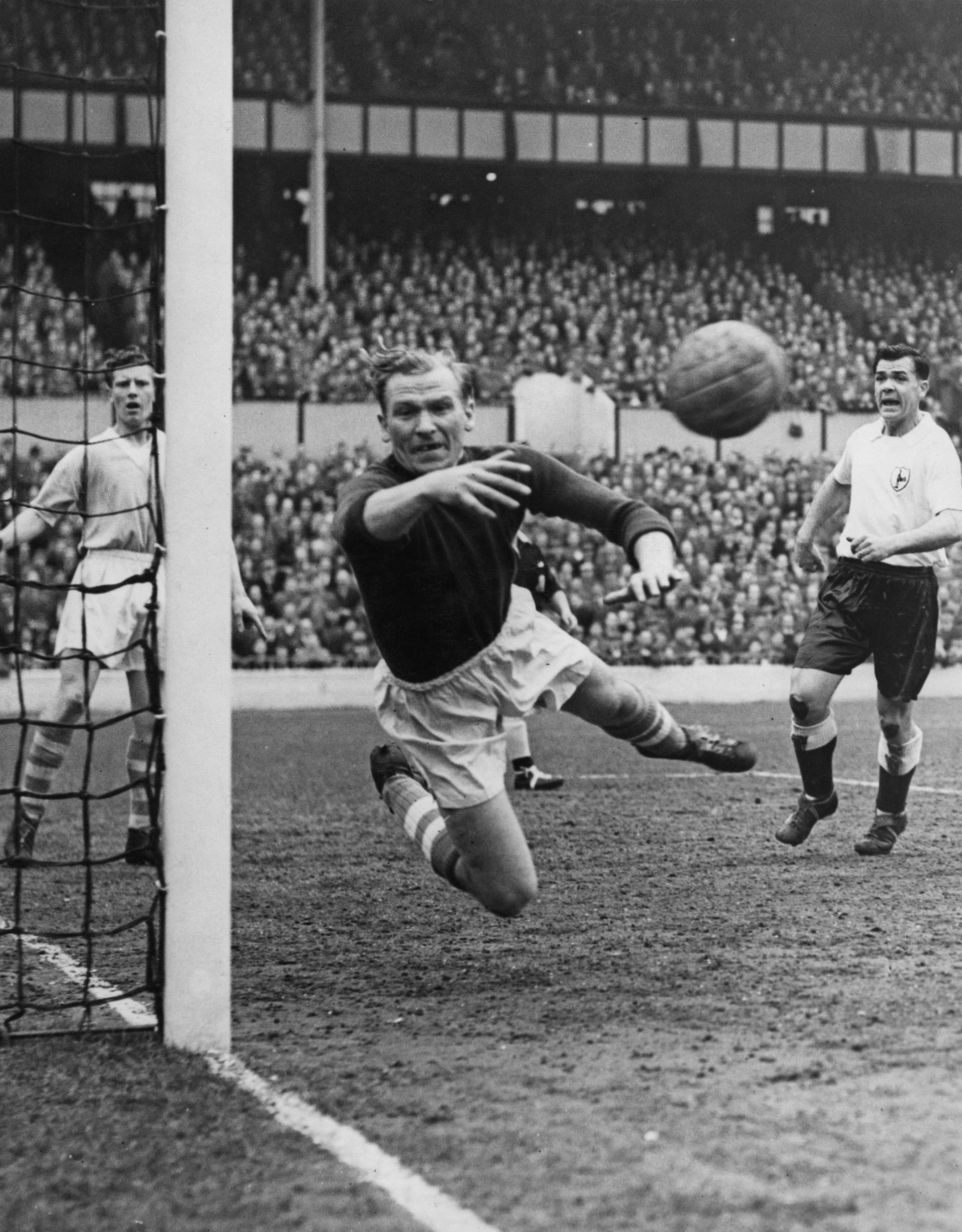 Bert Trautmann en acción: una imagen del 24 de marzo de 1956 contra el Tottenham Hotspur en el estadio White Hart Lane de Londres. Ese año el arquero fue elegido el mejor jugador del campeonato(Getty Images)