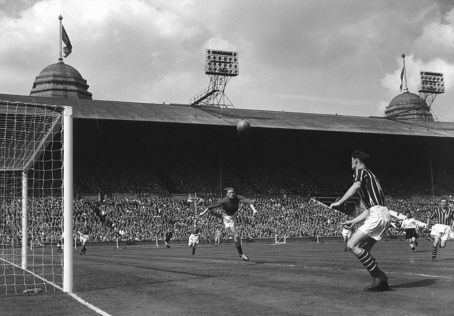 Esta postal data del 5de mayo de1956: el día de la gran final de la FA Cup entre el Birmingham Cityy el Manchester City.Ese día Trautmann se rompió una vértebra y siguió jugando sin saber que ponía en riesgo su vida(Allsport Hulton/Archive)