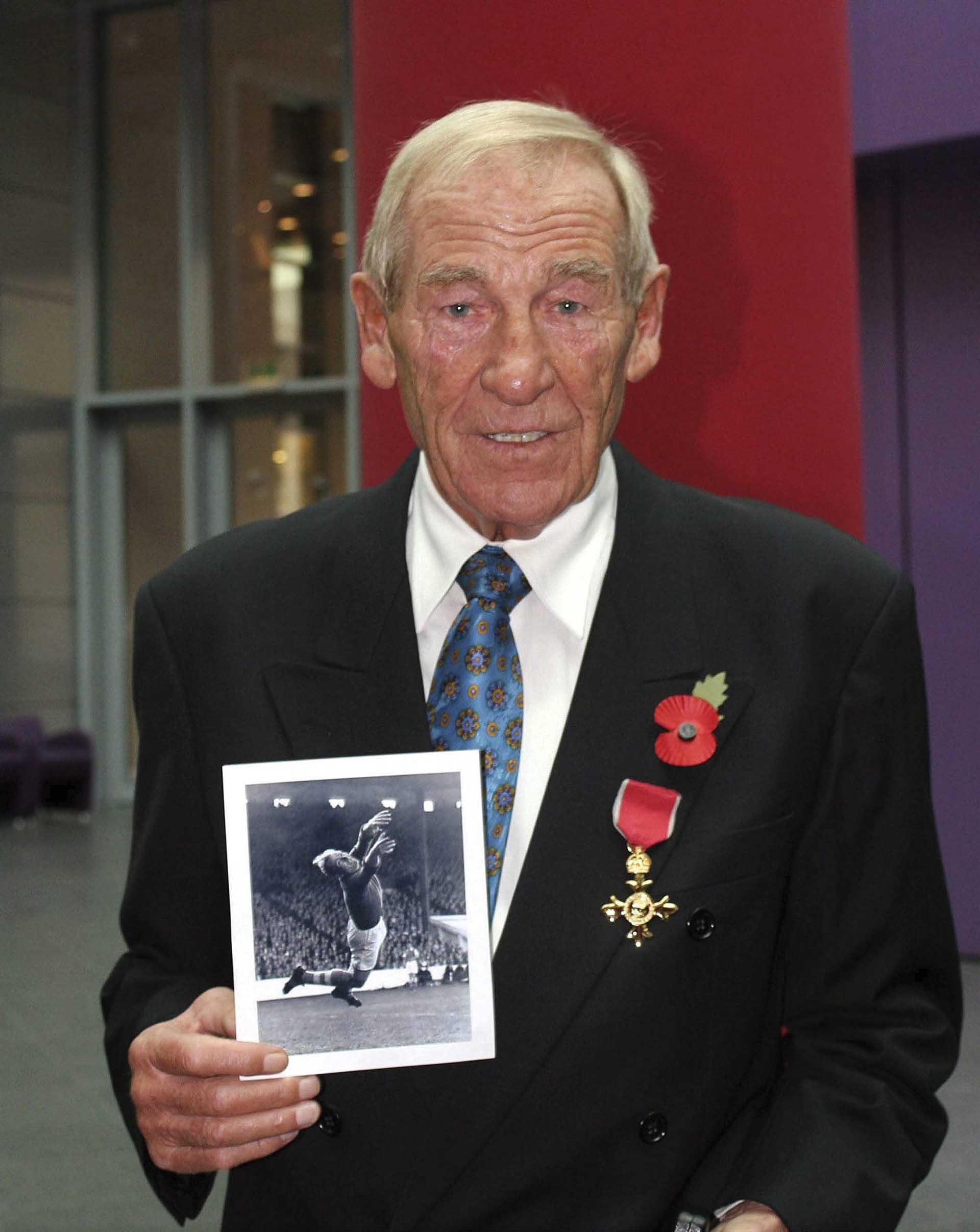 """El1°de noviembre de 2004 Trautmann recibió un reconocimiento por sus servicios a las relaciones británico-alemanas:""""Funcionario honorario de la orden más excelente del imperio británico"""" (Getty Images)"""