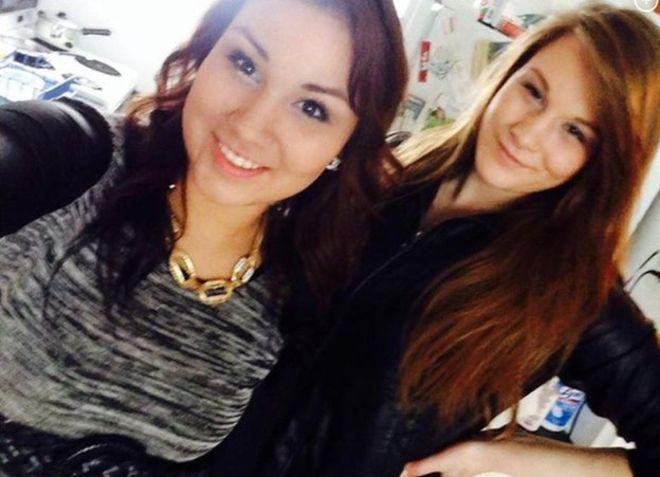La selfie que Cheyenne Antoine, a la izquierda, se sacó conla víctima, Brittney Gargol (Facebook)