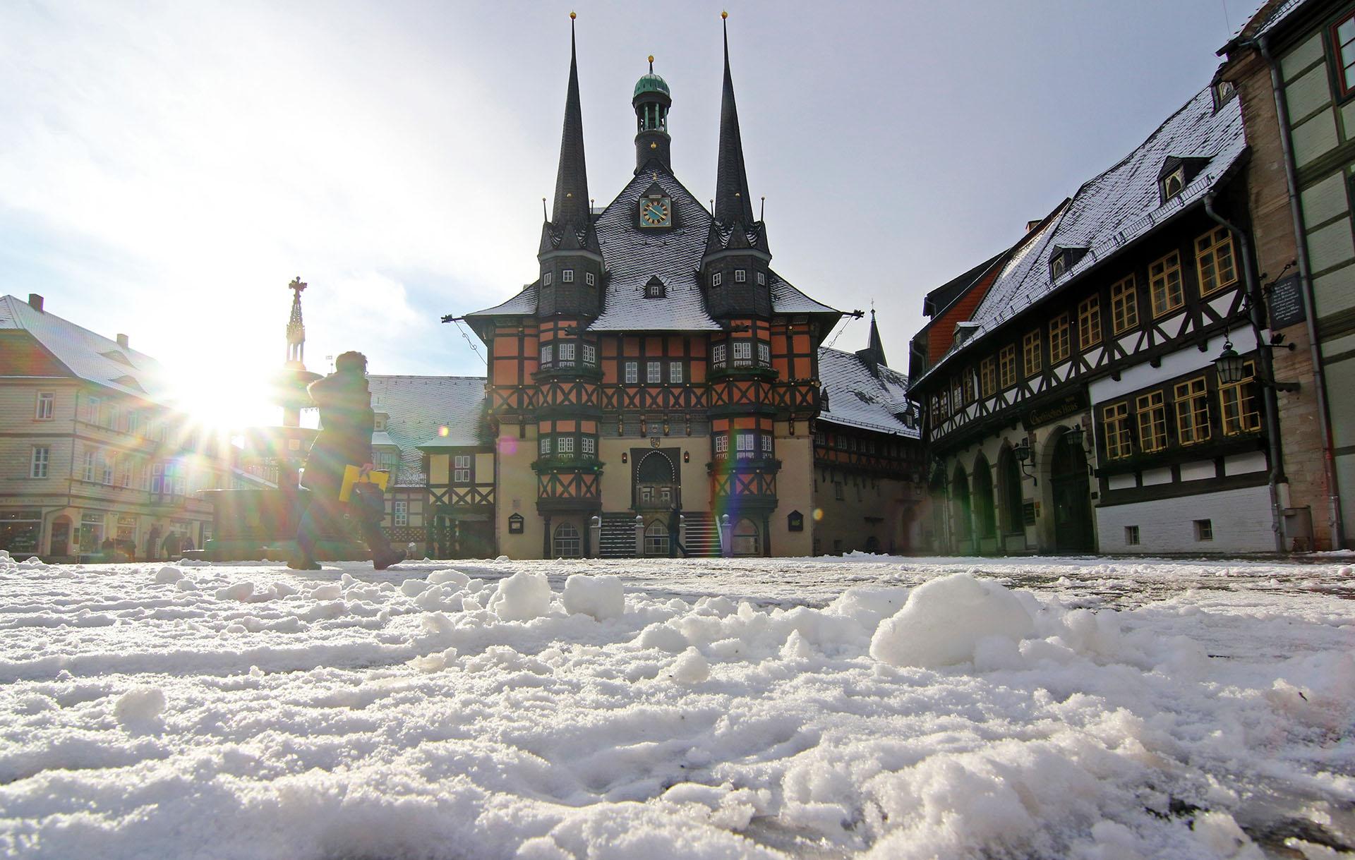 La nieve cubre el mercado y el ayuntamiento de Wernigerode en la región de Harz, Alemania central, el 17 de enero de 2018 (AFP)