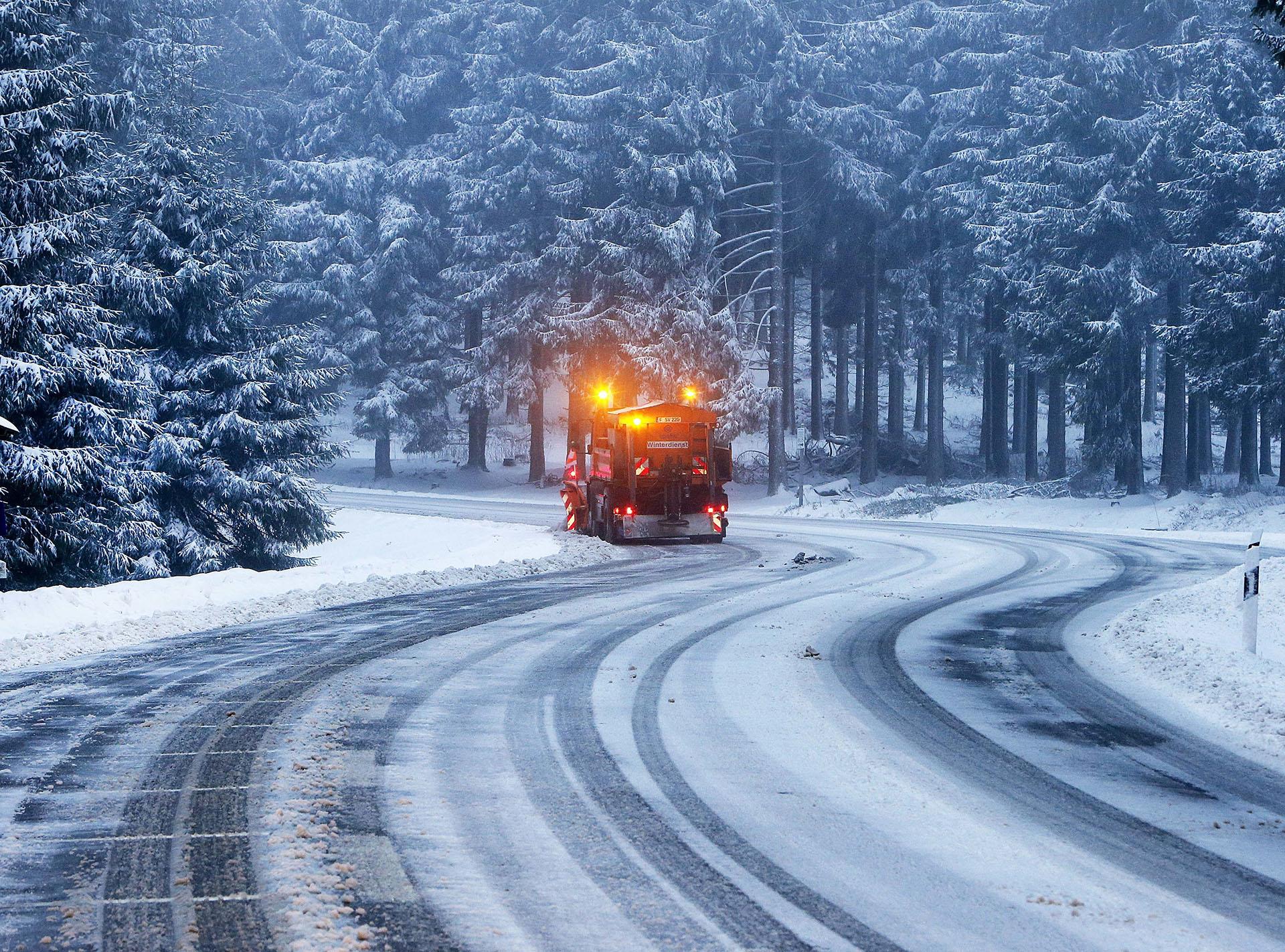 Un quitanieves despeja el camino hasta la montaña Feldberg cerca de Frankfurt, Alemania, después de nevadas el miércoles 17 de enero de 2018 (AP)