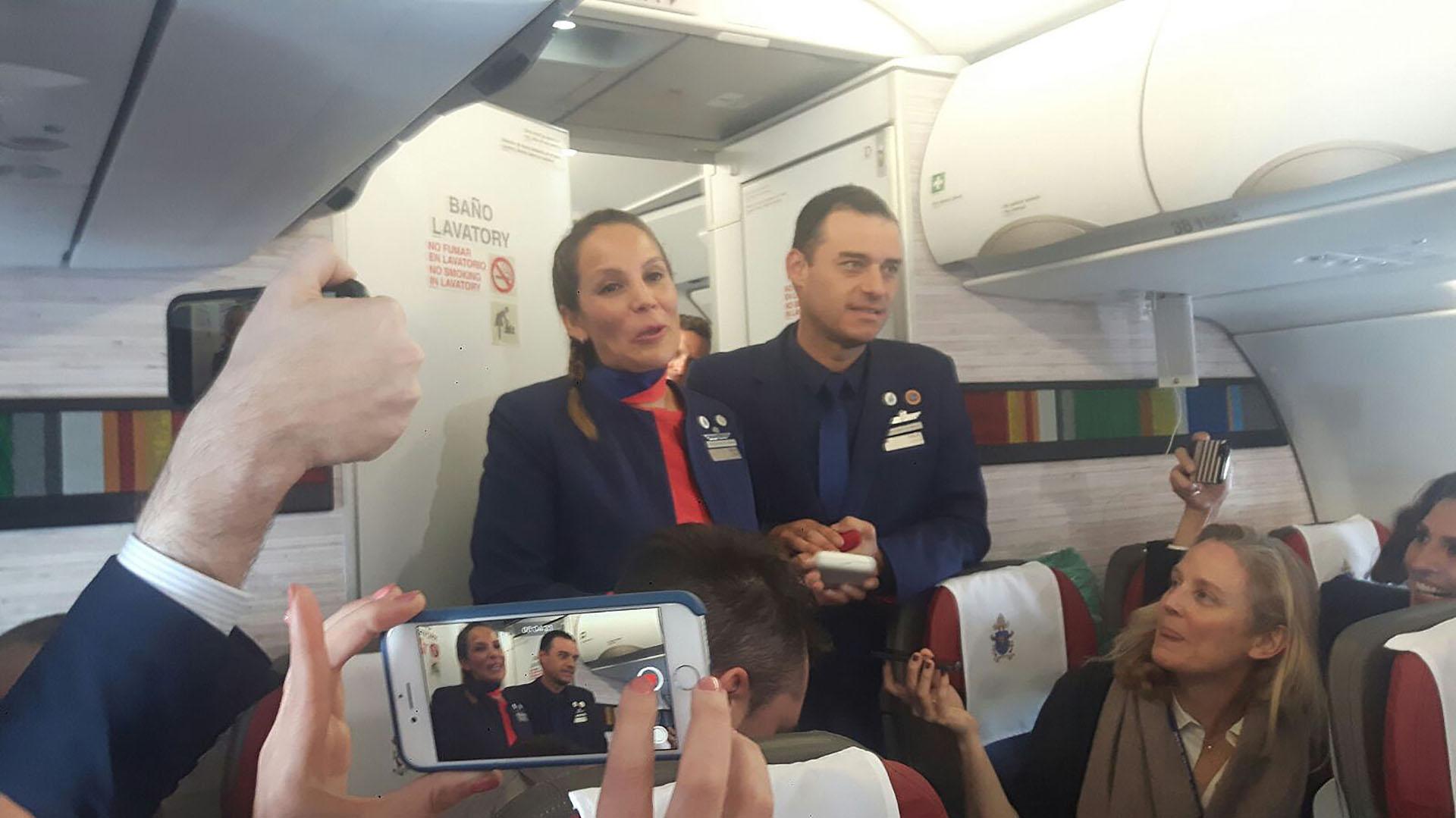 Los tripulantes del vuelo reaccionanfelices tras ser casados por el papa Francisco (EFE)