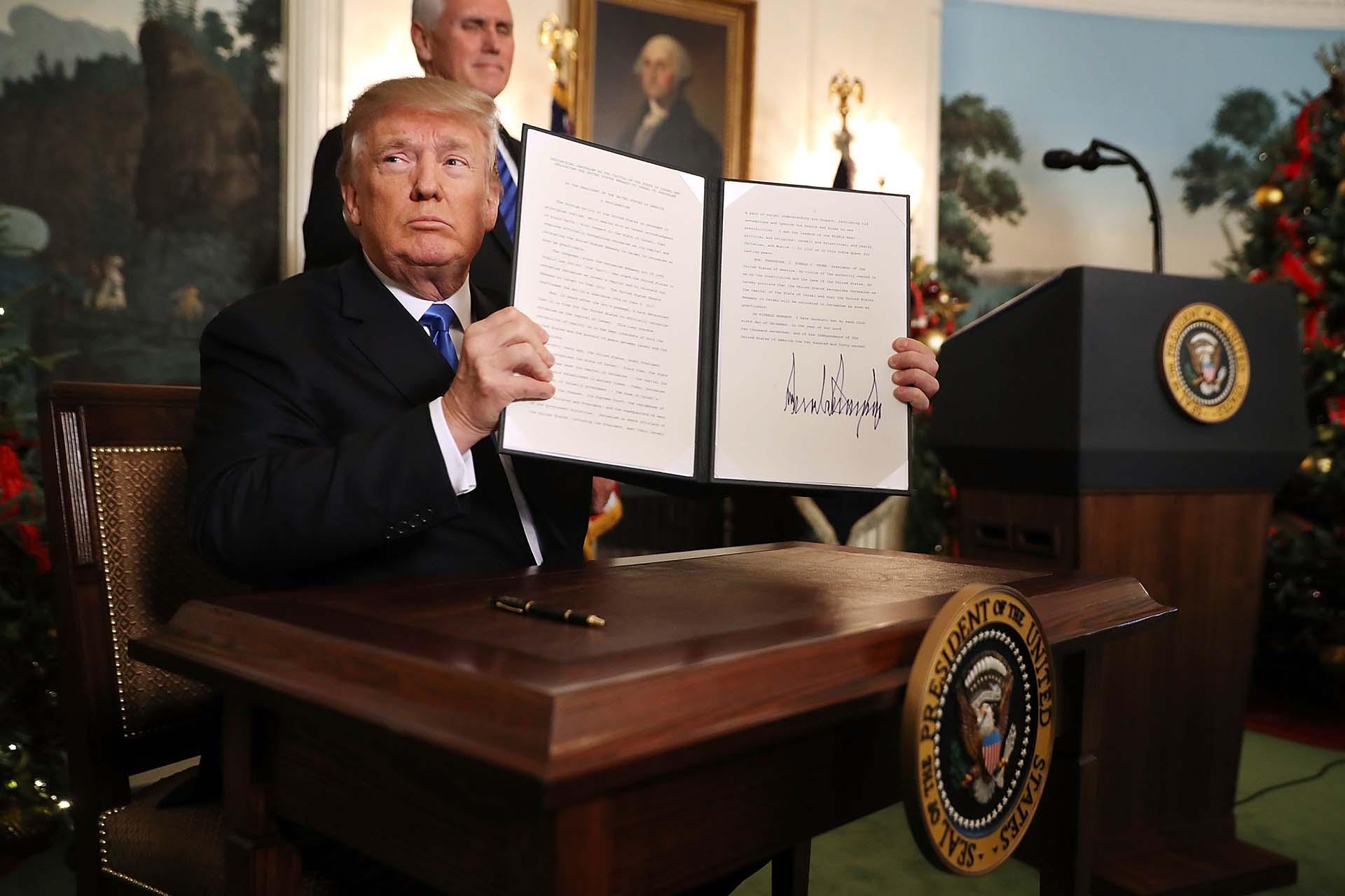 6/12/2017 Donald trump muestra la resolución con su firma con el reconocimiento de Estados Unidos a Jerusalén como capital de Israel.