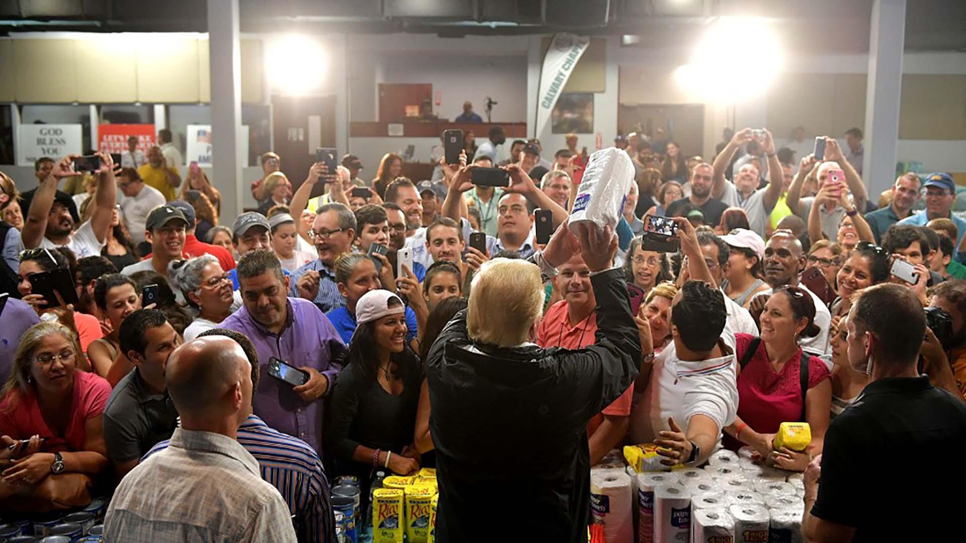 3/10/2017 Donald Trump reparte rollos de papel a los damnificados por el huracán María en Puerto Rico