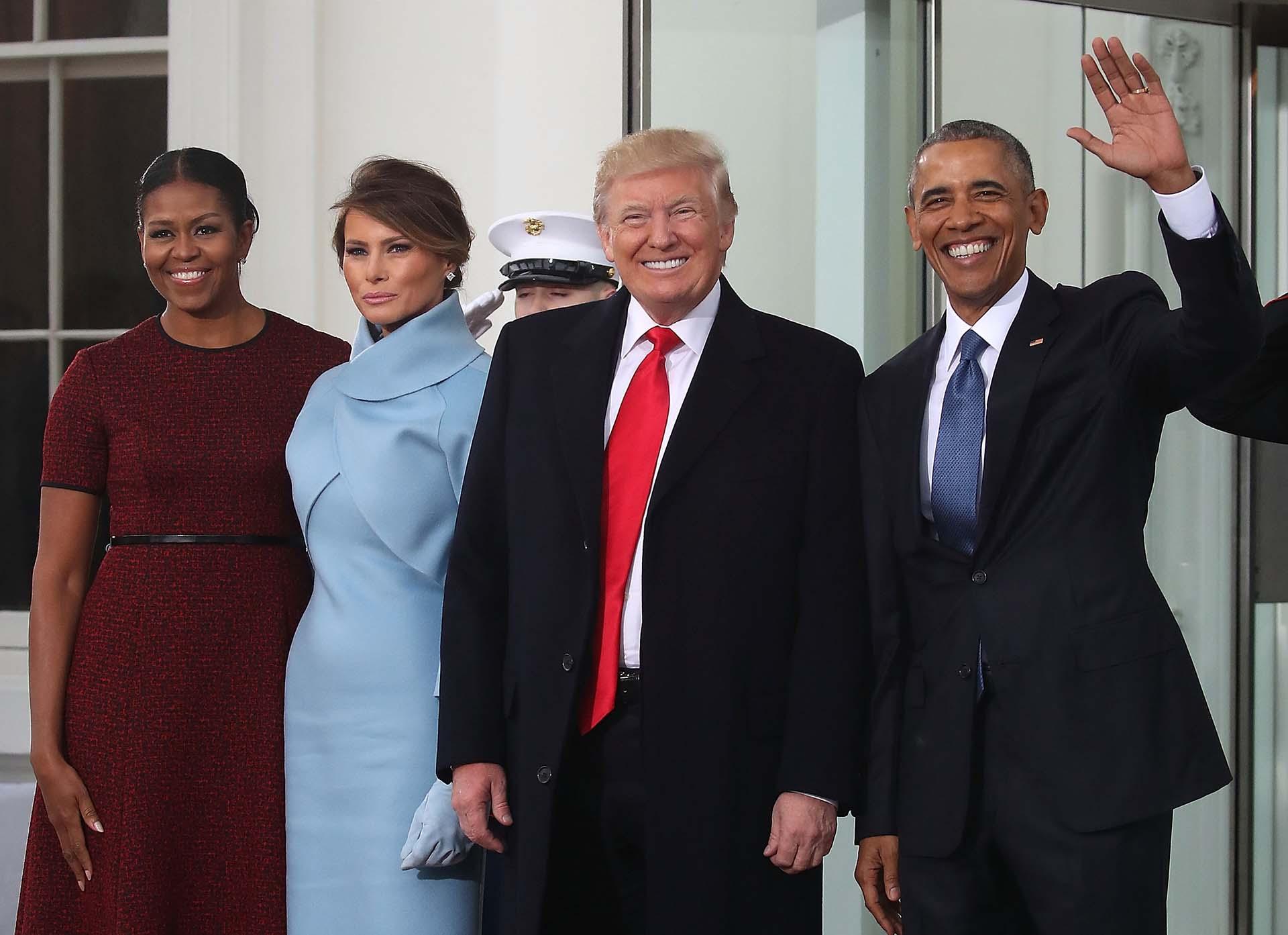 10/1/2017 Donald Trump y su esposa arriban a la Casa Blanca y son recibidos por el presidente saleinte, Barack Obama y su esposa.