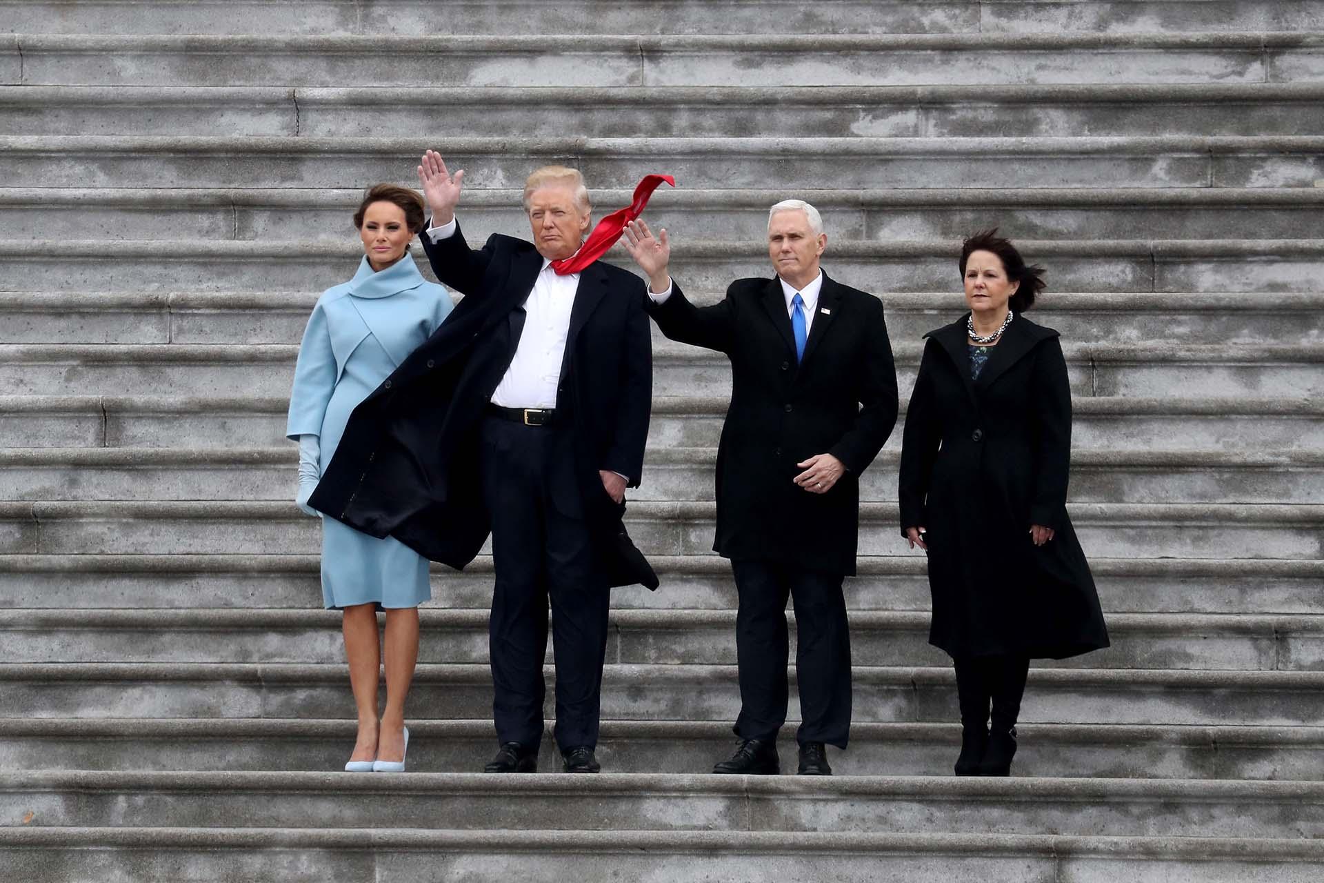 20/1/2017 Donald Trump y su vicepresidente Mike Pence, saludan a la multitud junto a sus esposas tras asumir sus cargos.