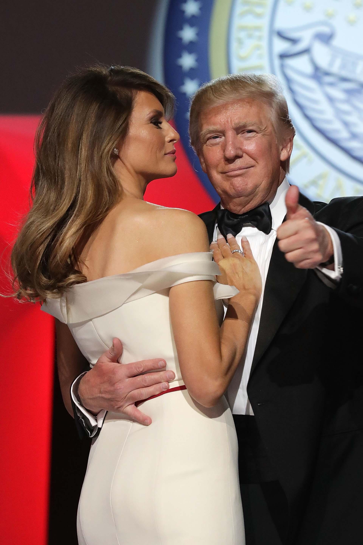 20/1/2017 Donald Trump y Melania bailan durante una fiesta de gala en la inauguración de su presidencia.