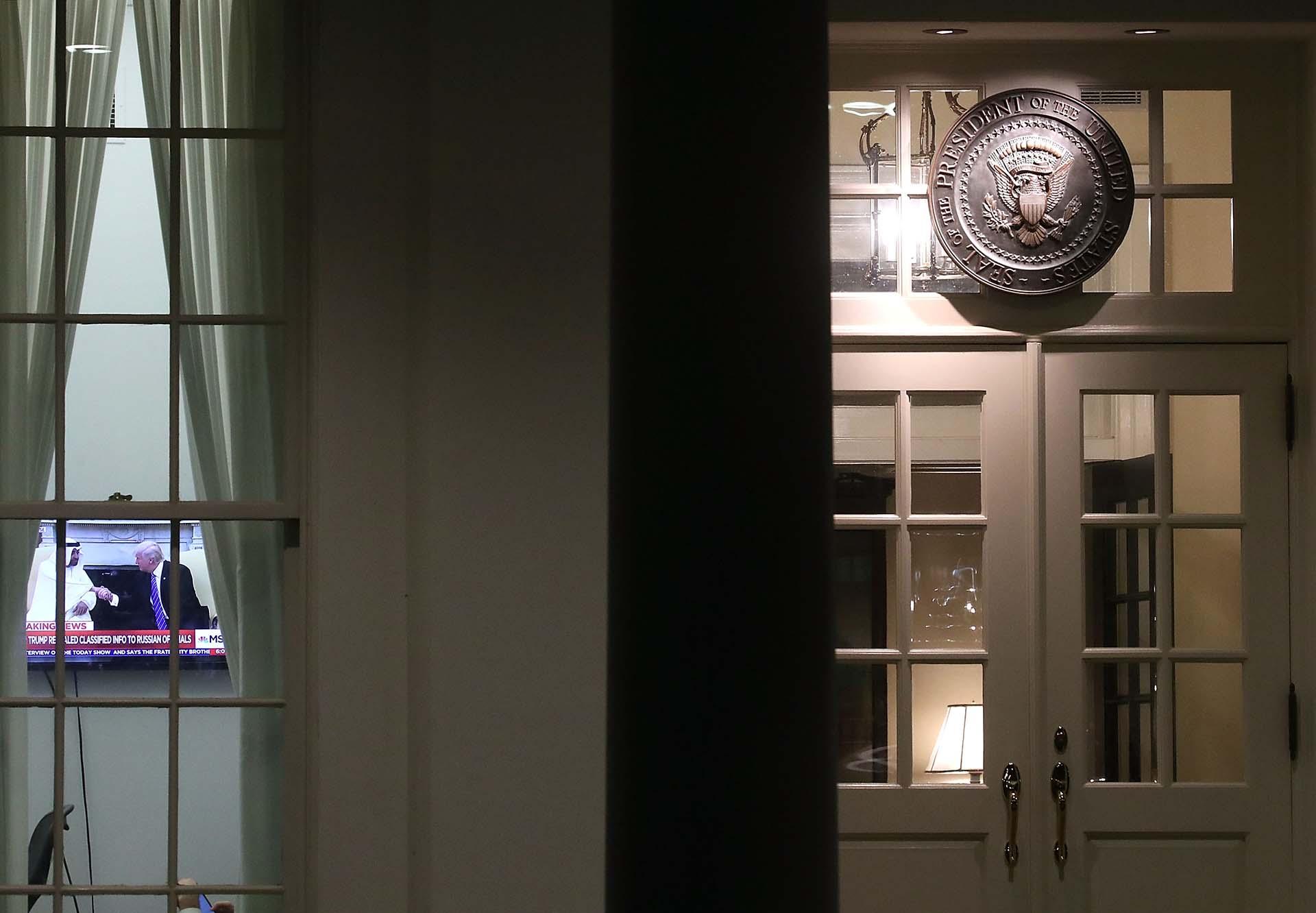15/5/2017 Una TV en el ala Oeste de la Casa Blanca transmite una imagen de presidente Trump durante una entrevista