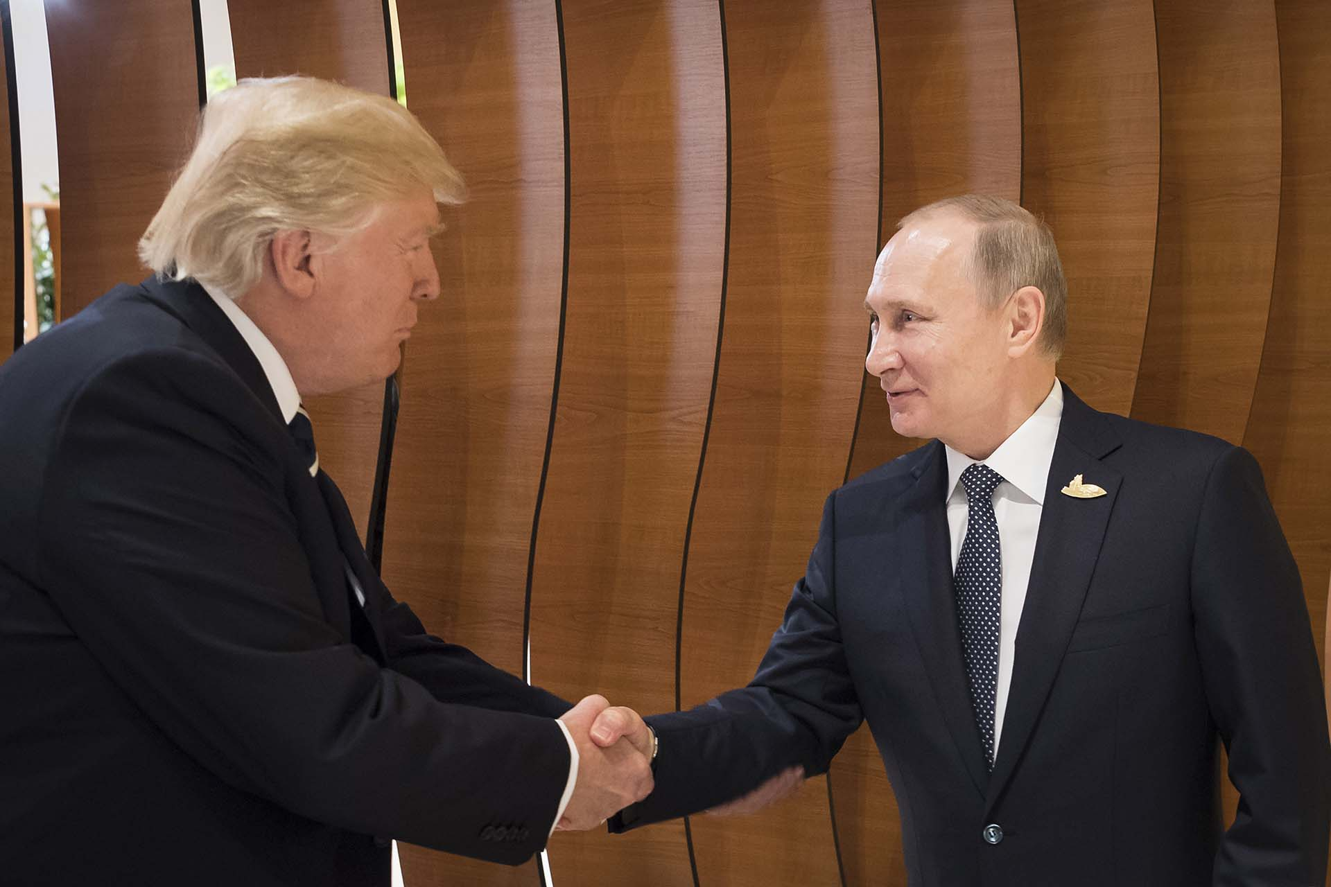7/7/2017 Donald Trump y Vladimir Putin se saludan durante la cumbre del G-20 en Hmaburgo, Alemania