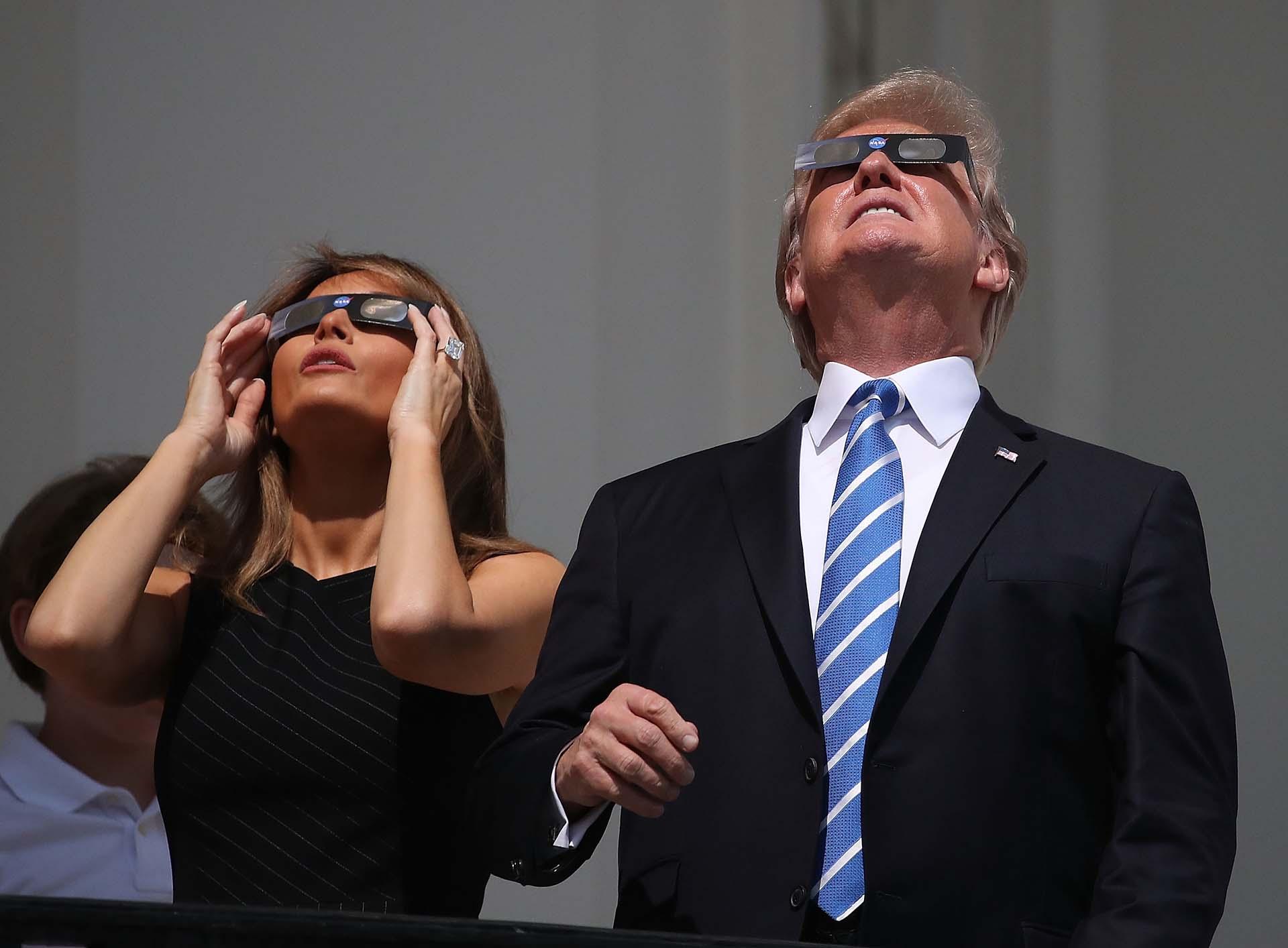 21/8/2017 Donald Trump y Melania miran el eclipse sola desde la Casa Blanca