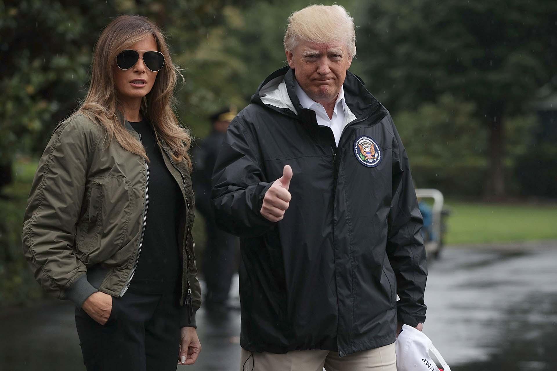 29/8/2017 Donald Trump saluda junto a su esposa antes de abordar el helicóptero que los trasladará desde la Casa Blanca para ver los daños que el huracán Harvey ocasionó en Texas.