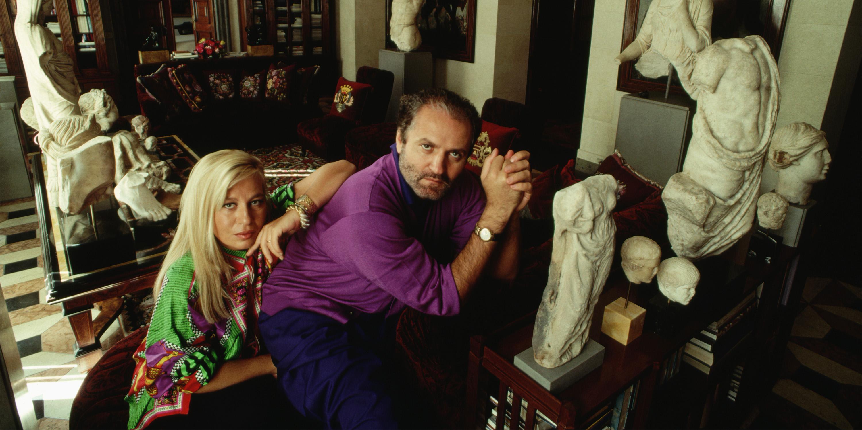 Versace y su hermana Donatella, en el interior de la mansión (Foto: Stephanie Maze/CORBIS/Corbis via Getty Images)