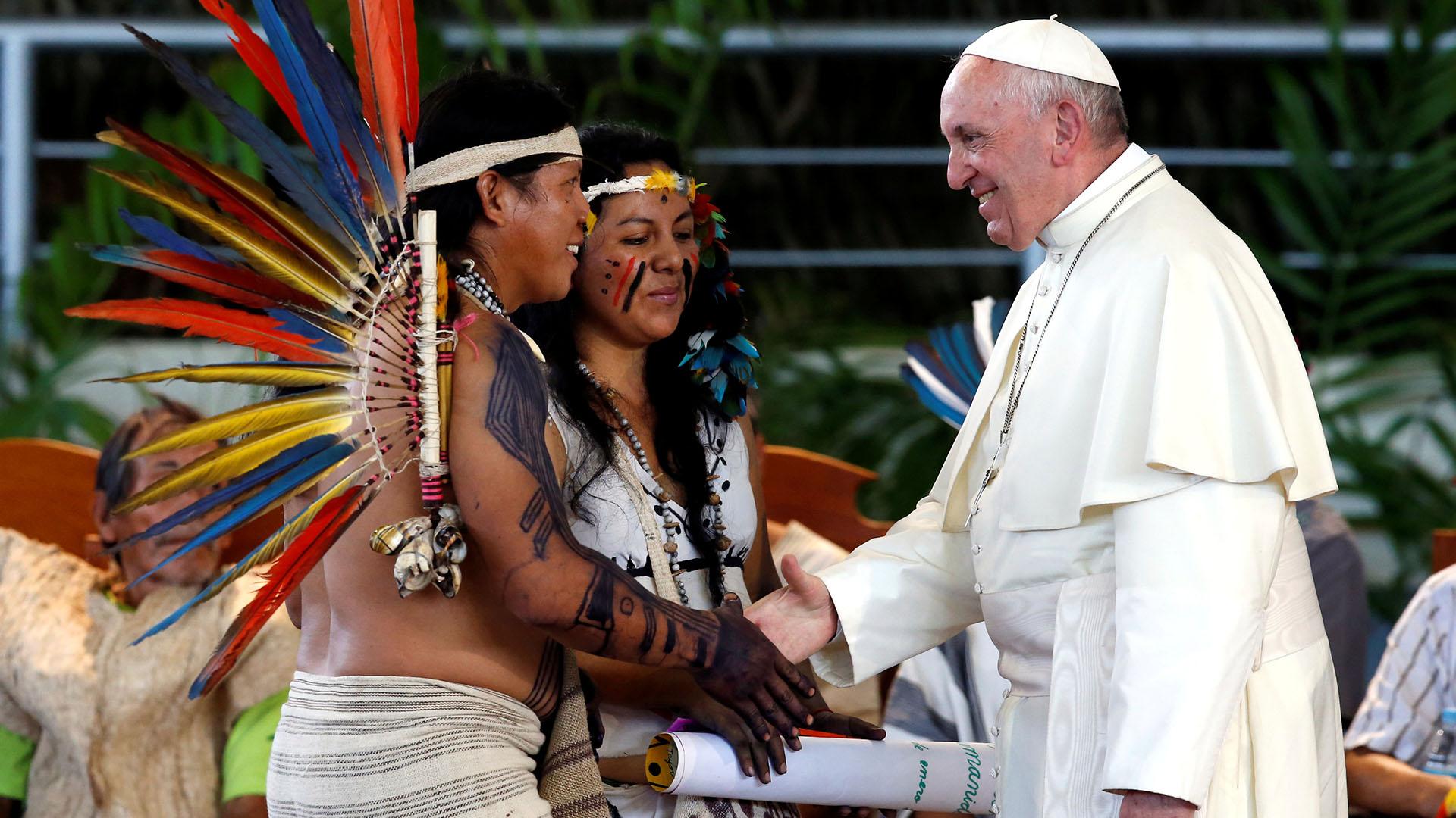 El Papa saluda a miembros de grupos indígenas de la región de la Amazoniaen Puerto Maldonado